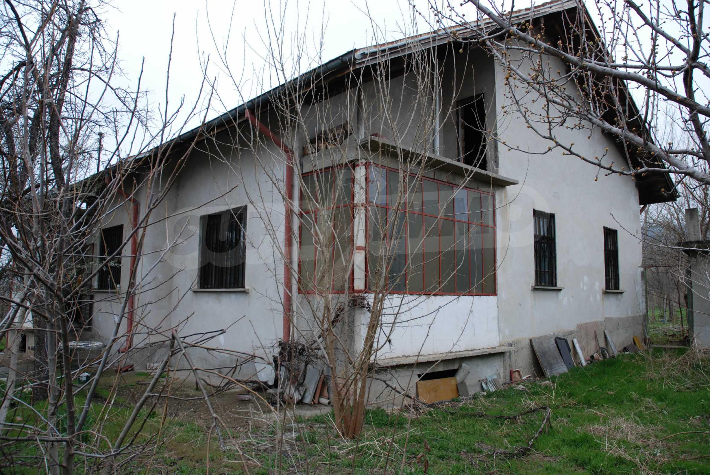 Ein solides, großes Haus in einem Dorf am Fluss 10