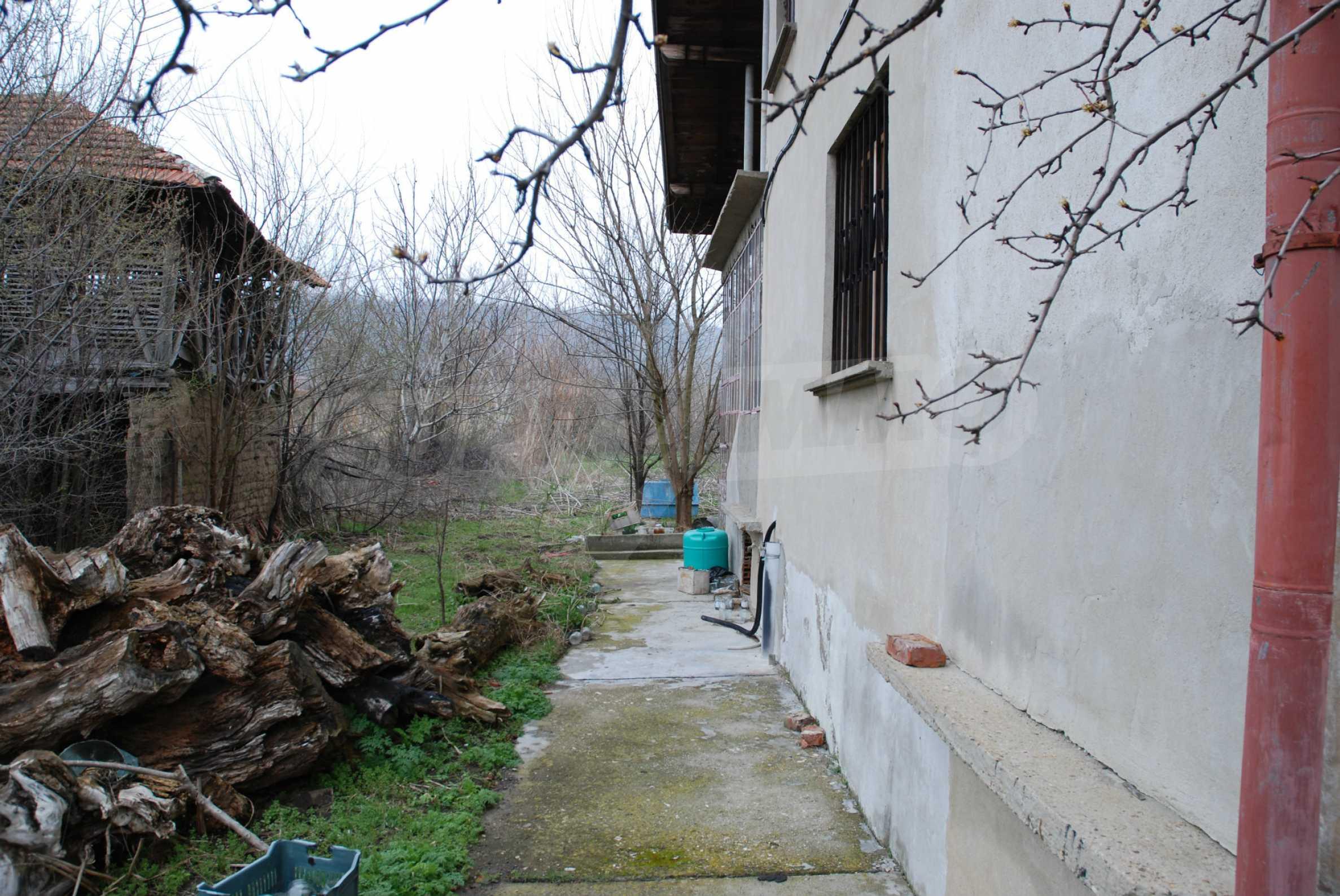 Ein solides, großes Haus in einem Dorf am Fluss 7