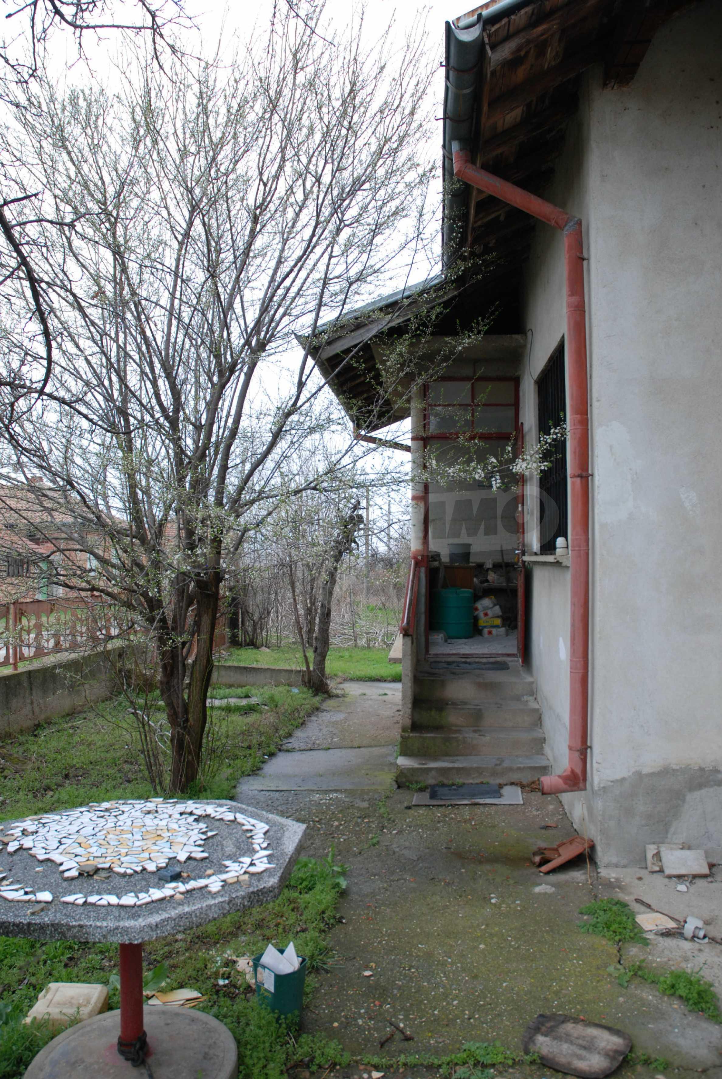 Ein solides, großes Haus in einem Dorf am Fluss 8