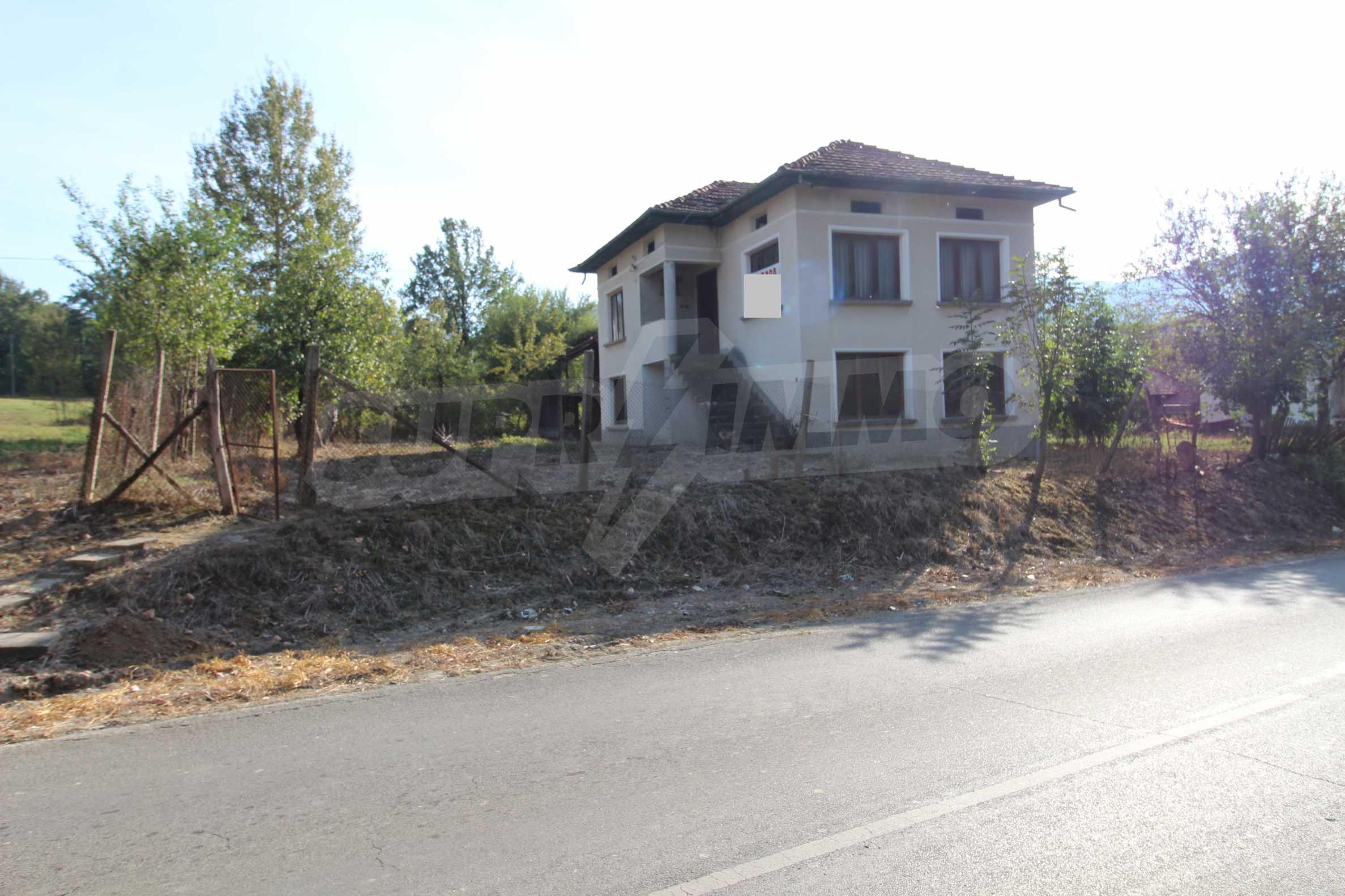 Къща с двор в  квартал на гр. Априлци 32