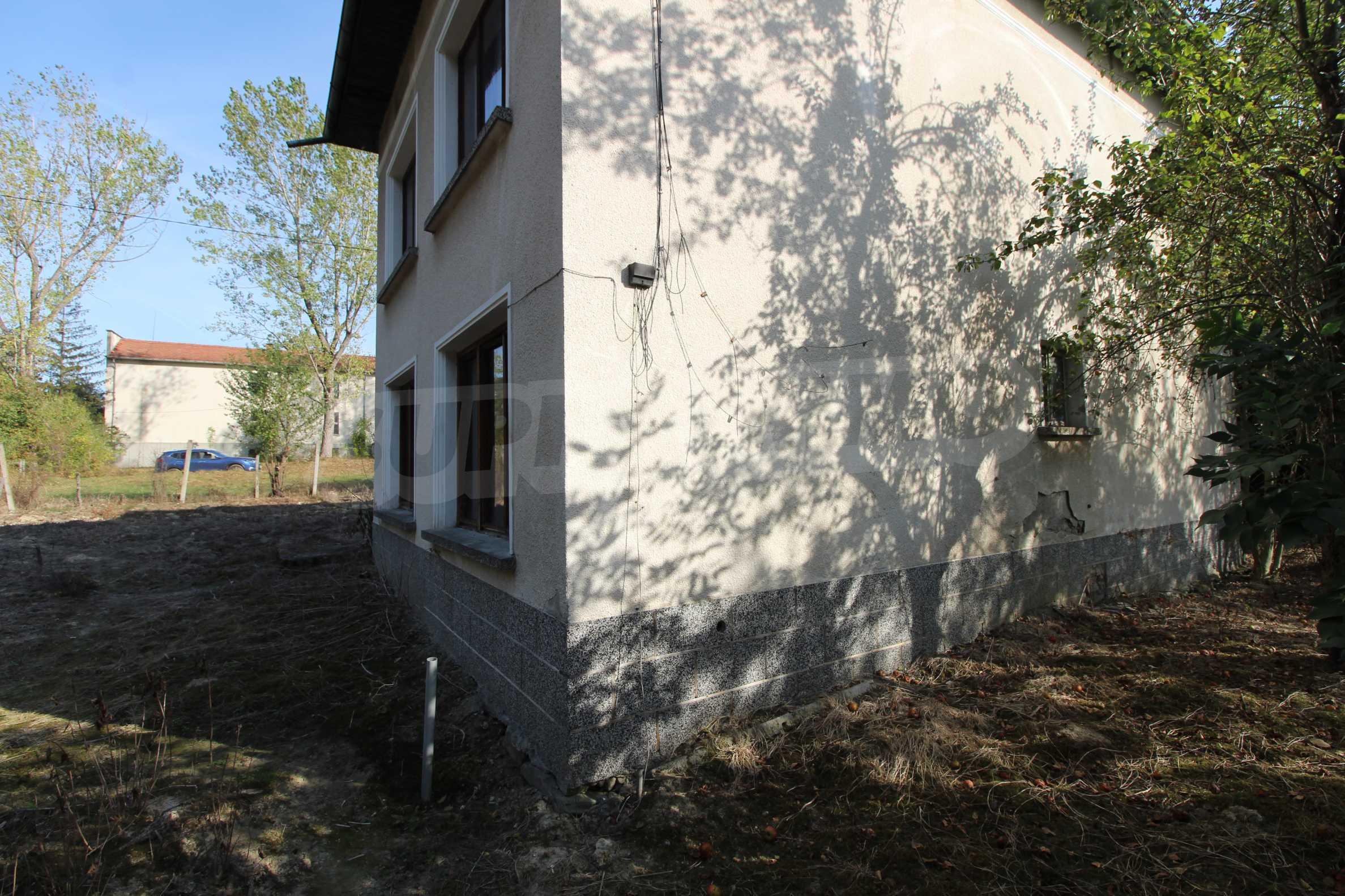 Къща с двор в  квартал на гр. Априлци 8