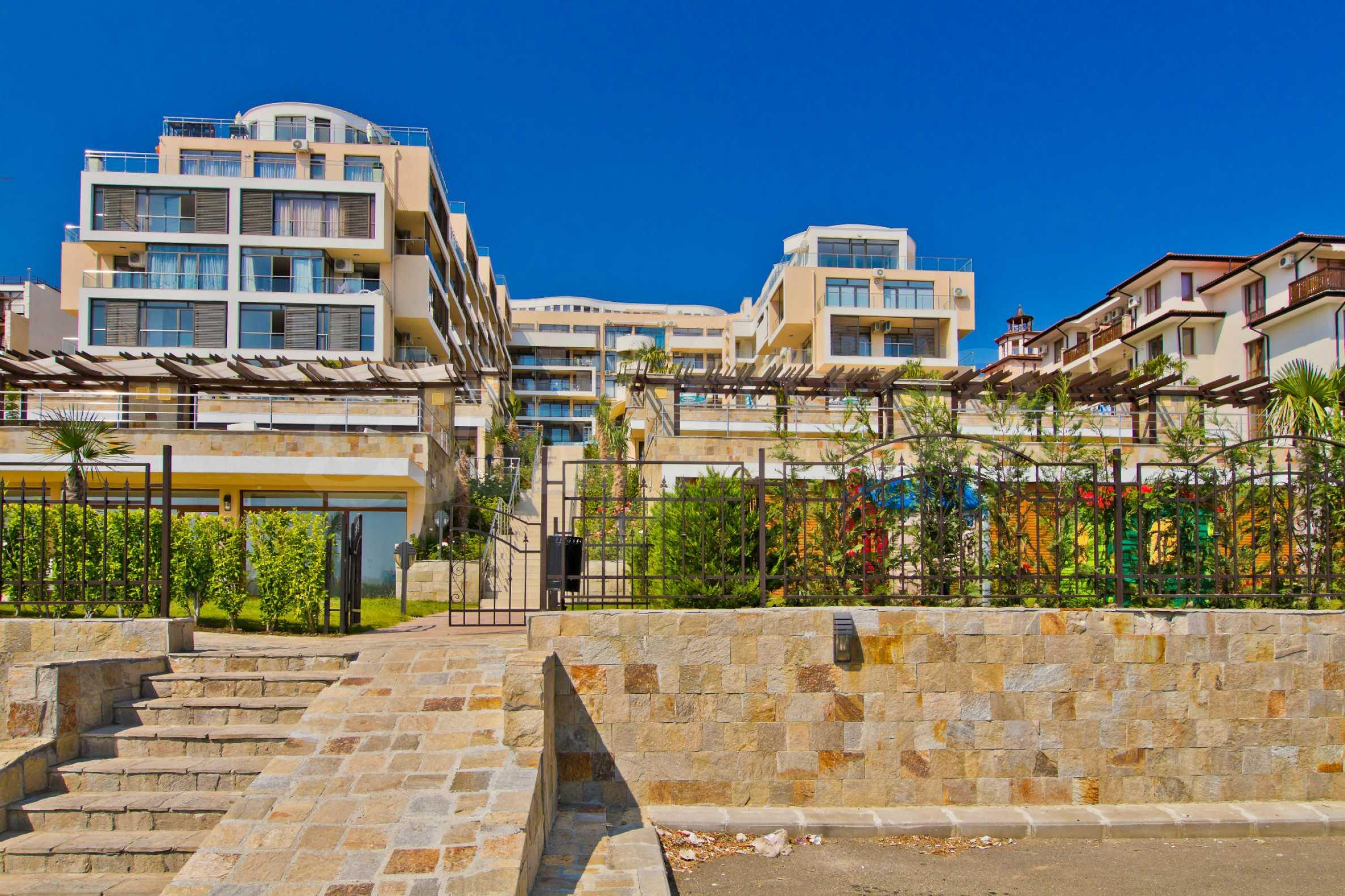 Изискани апартаменти и екстри в комплекс на първа линия море 14