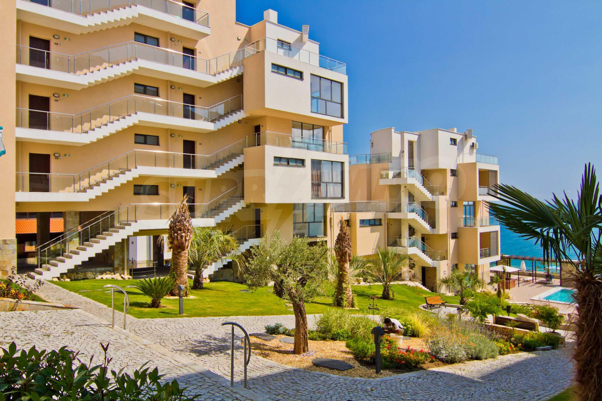 Изискани апартаменти и екстри в комплекс на първа линия море 8