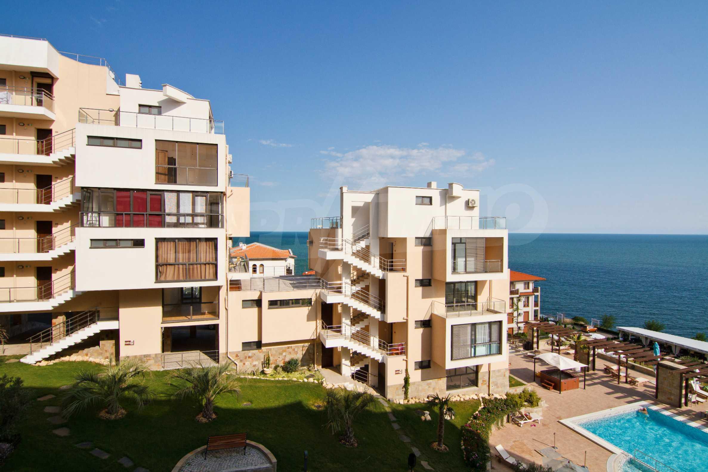 Изискани апартаменти и екстри в комплекс на първа линия море 44