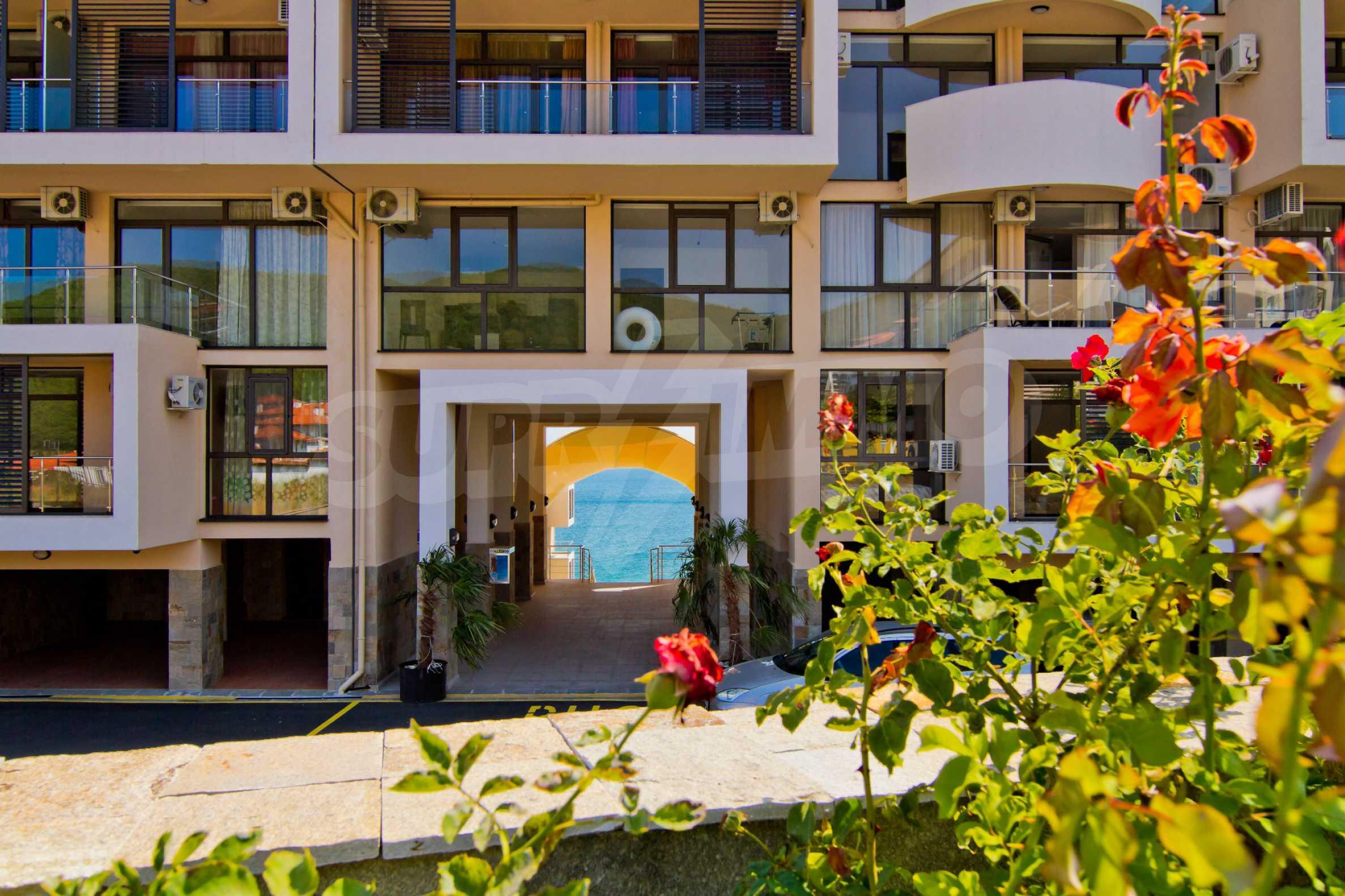 Изискани апартаменти и екстри в комплекс на първа линия море 11