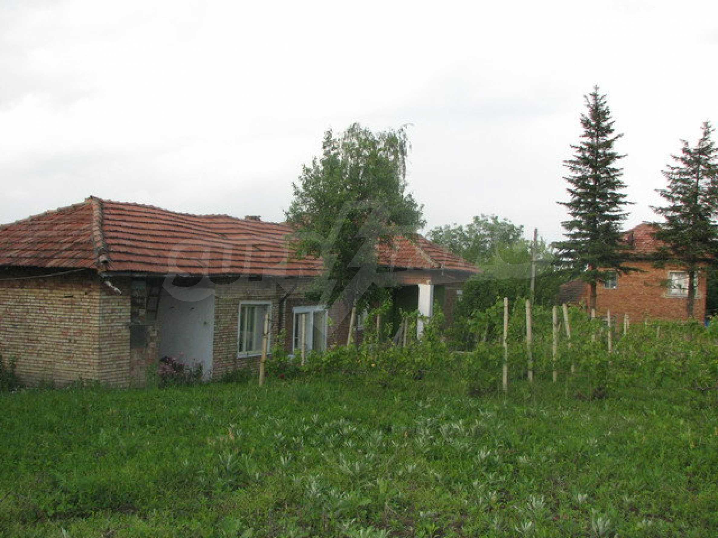 Тухлен селски имот с просторна градина 9