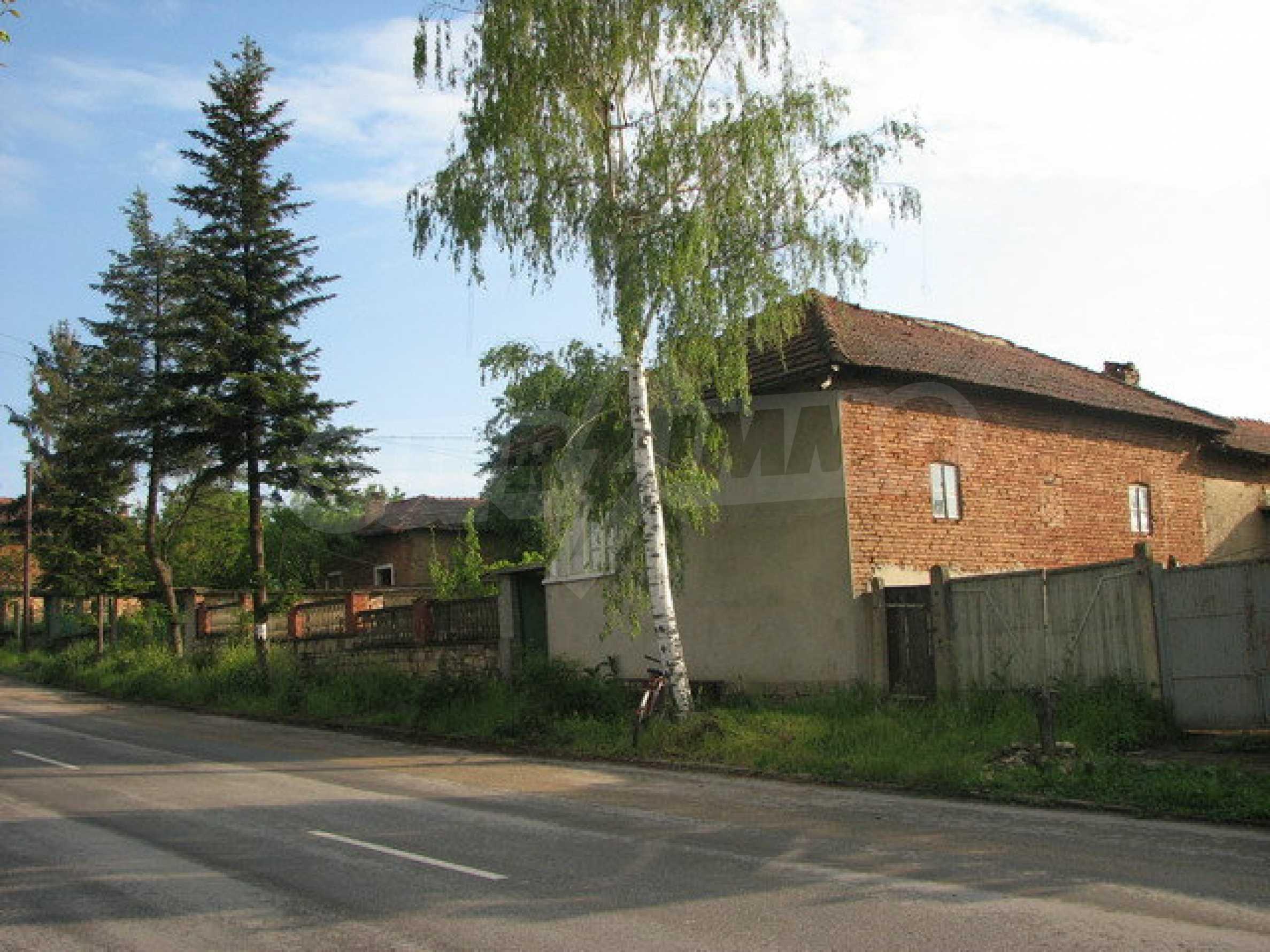 Тухлен селски имот с просторна градина 10