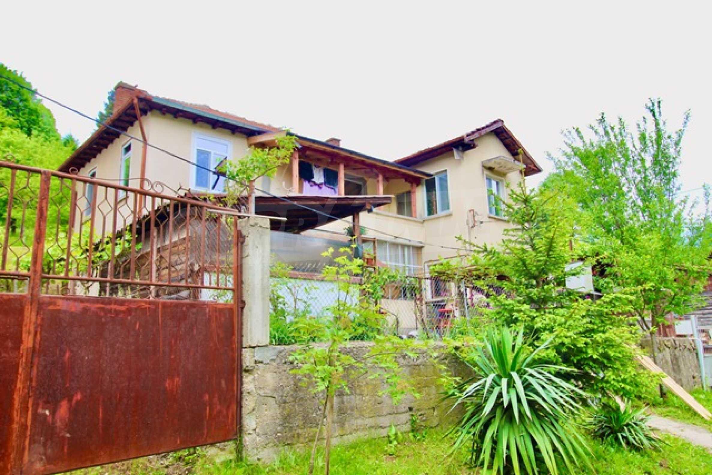 Голяма двуетажна къща  в малък град близо до Трявна