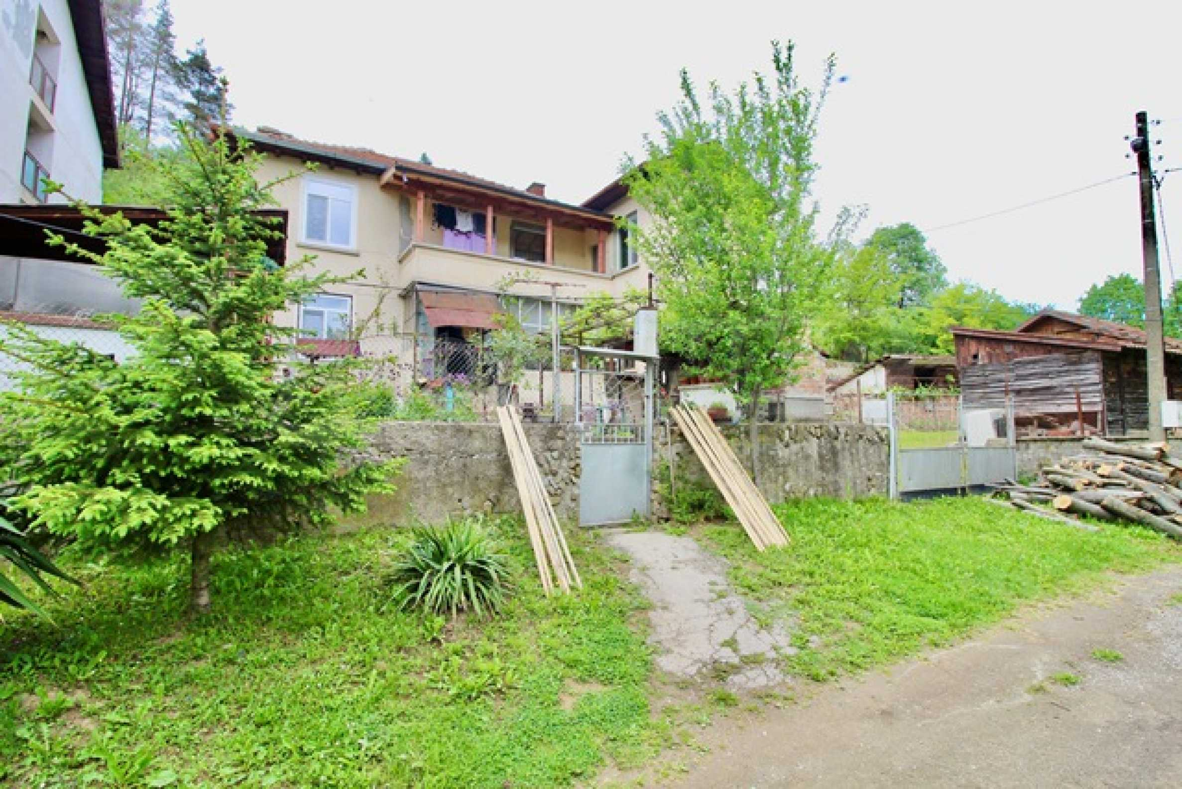 Голяма двуетажна къща  в малък град близо до Трявна  17