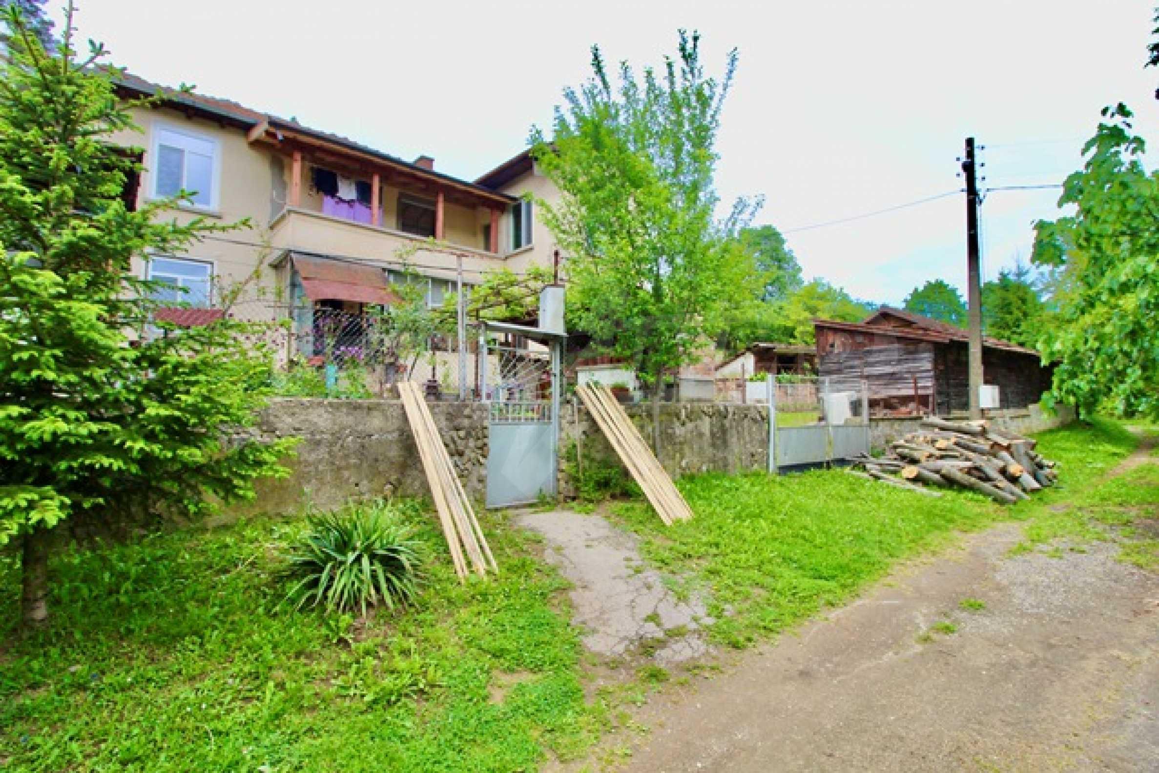 Голяма двуетажна къща  в малък град близо до Трявна  18