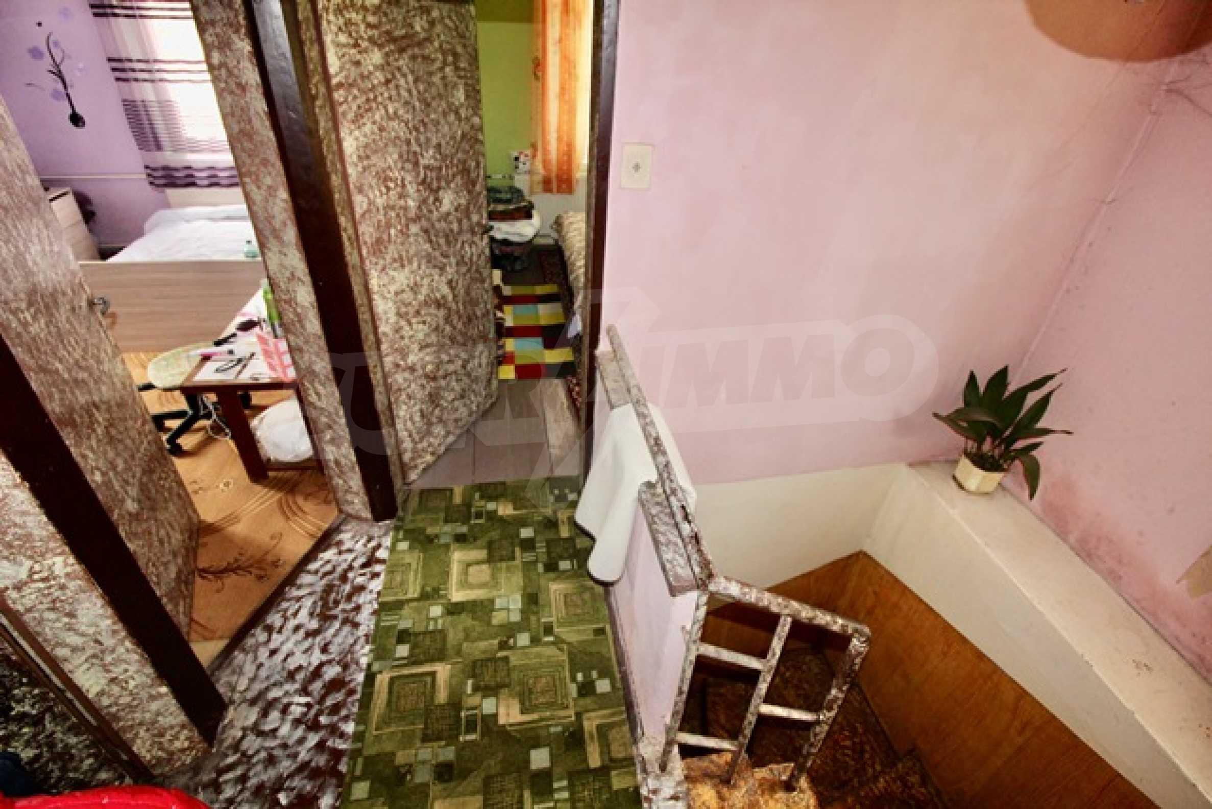 Голяма двуетажна къща  в малък град близо до Трявна  30