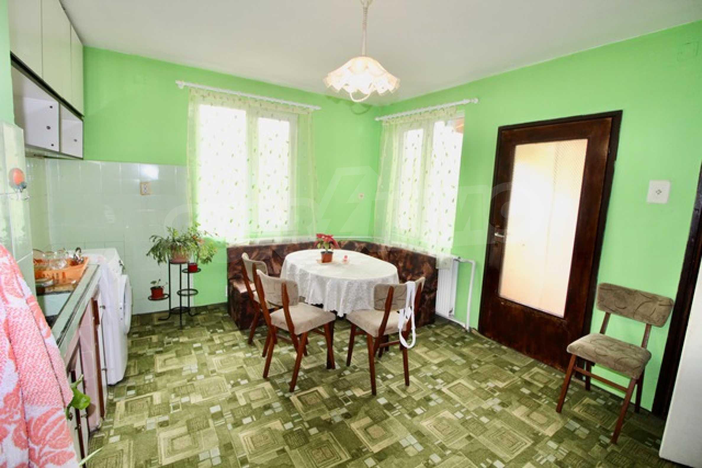 Голяма двуетажна къща  в малък град близо до Трявна  34