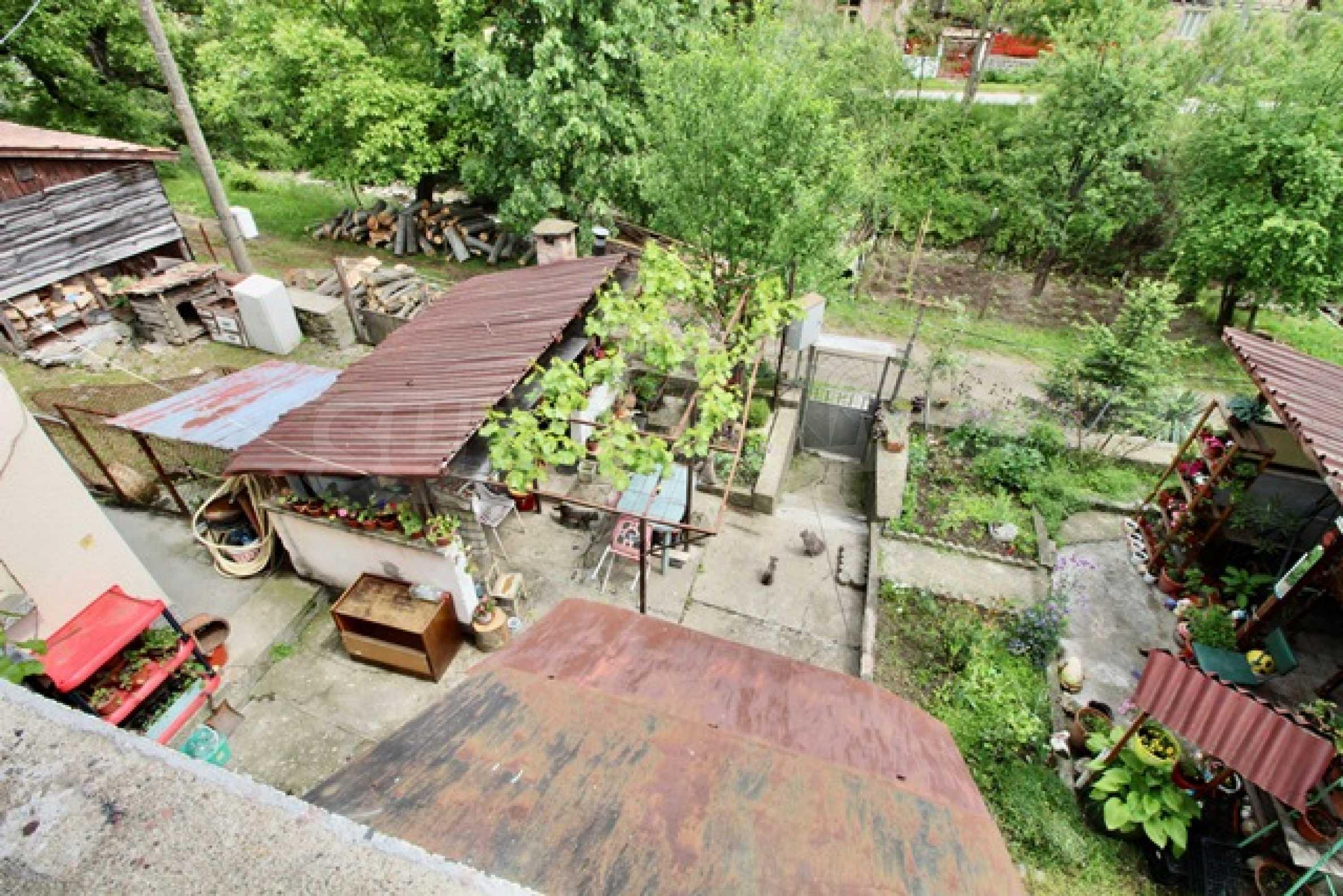 Голяма двуетажна къща  в малък град близо до Трявна  36