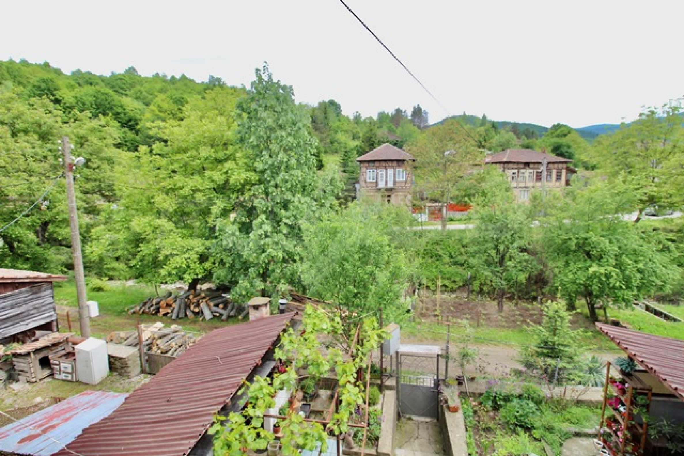 Голяма двуетажна къща  в малък град близо до Трявна  37