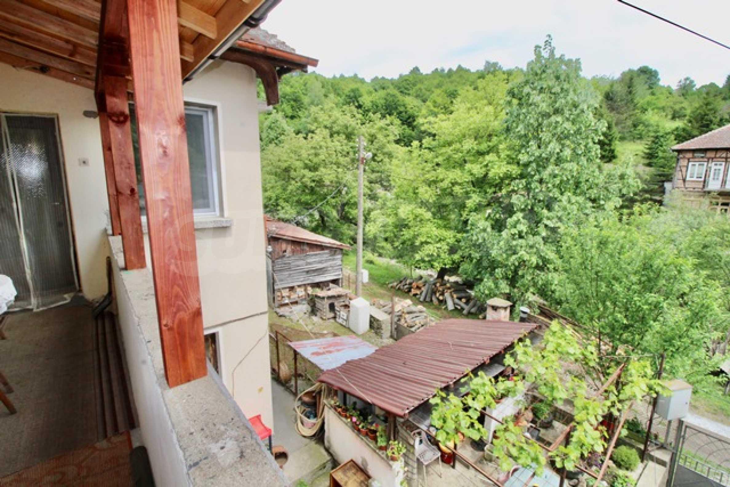 Голяма двуетажна къща  в малък град близо до Трявна  38