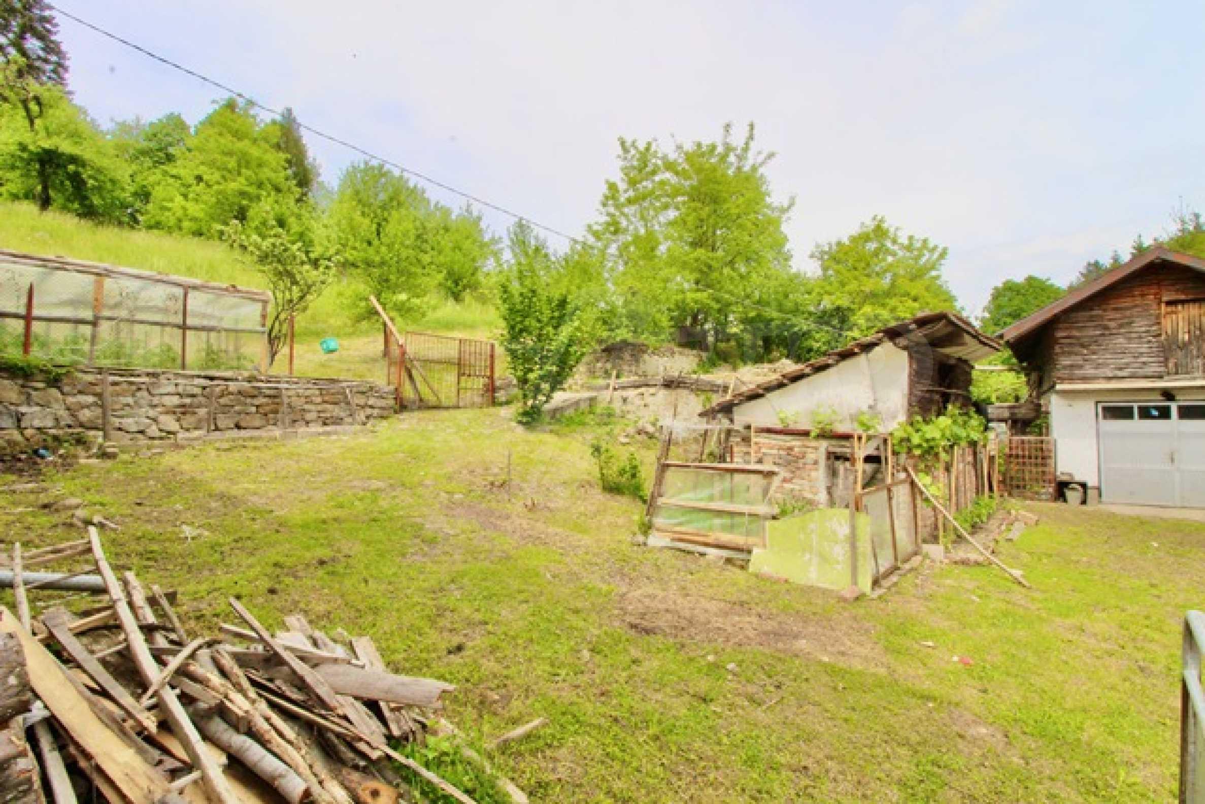 Голяма двуетажна къща  в малък град близо до Трявна  41