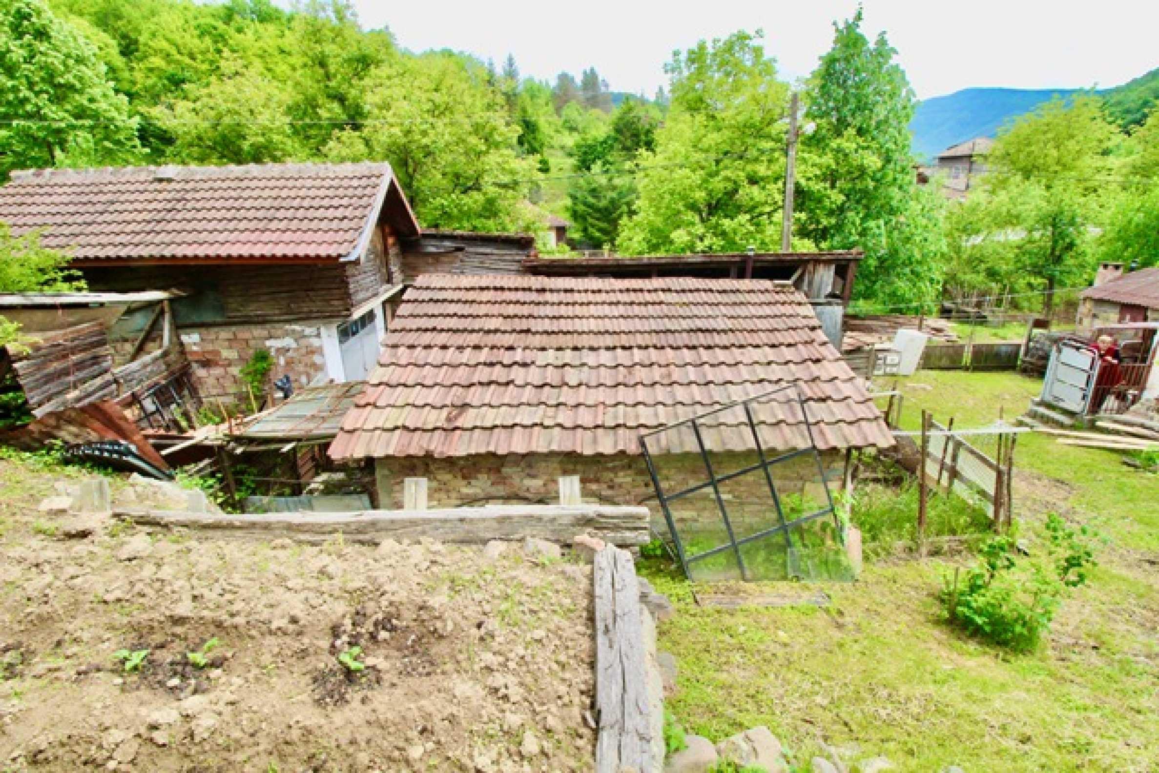 Голяма двуетажна къща  в малък град близо до Трявна  44