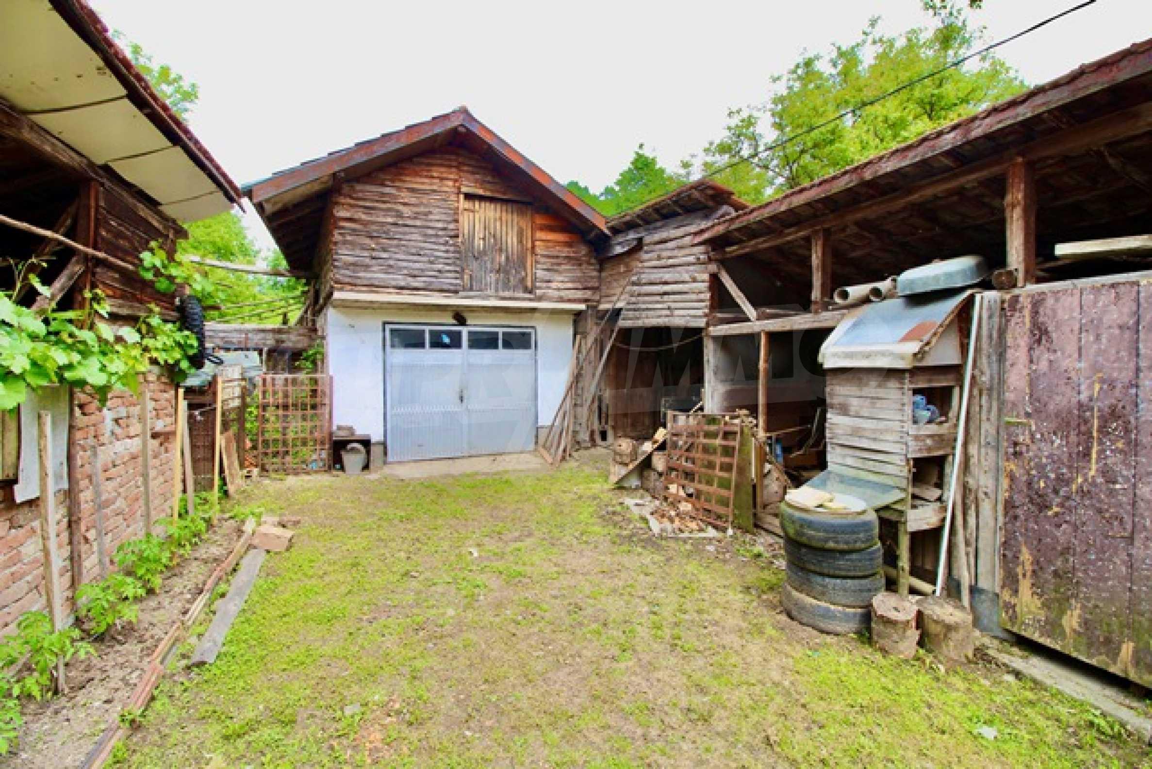 Голяма двуетажна къща  в малък град близо до Трявна  48