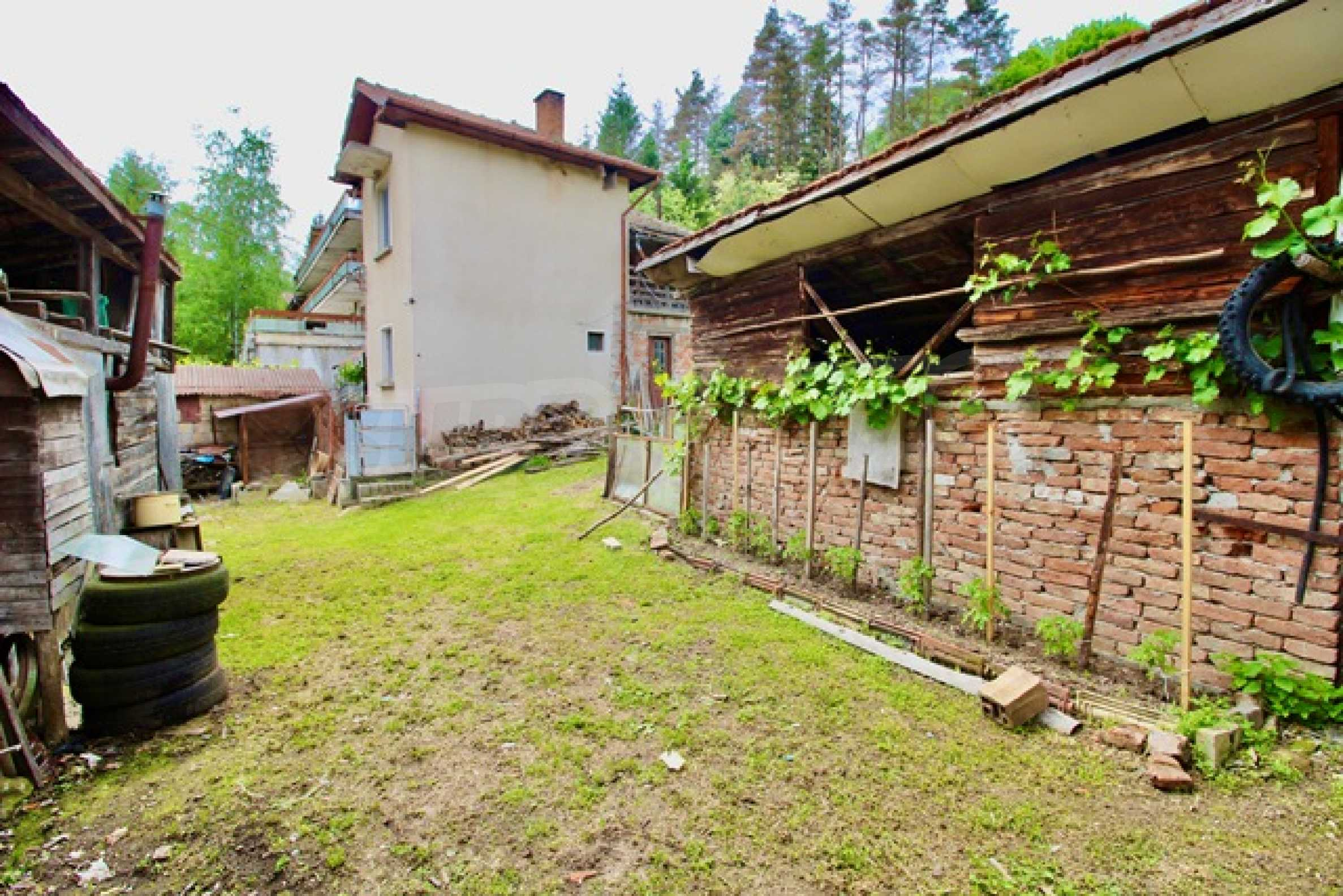Голяма двуетажна къща  в малък град близо до Трявна  50
