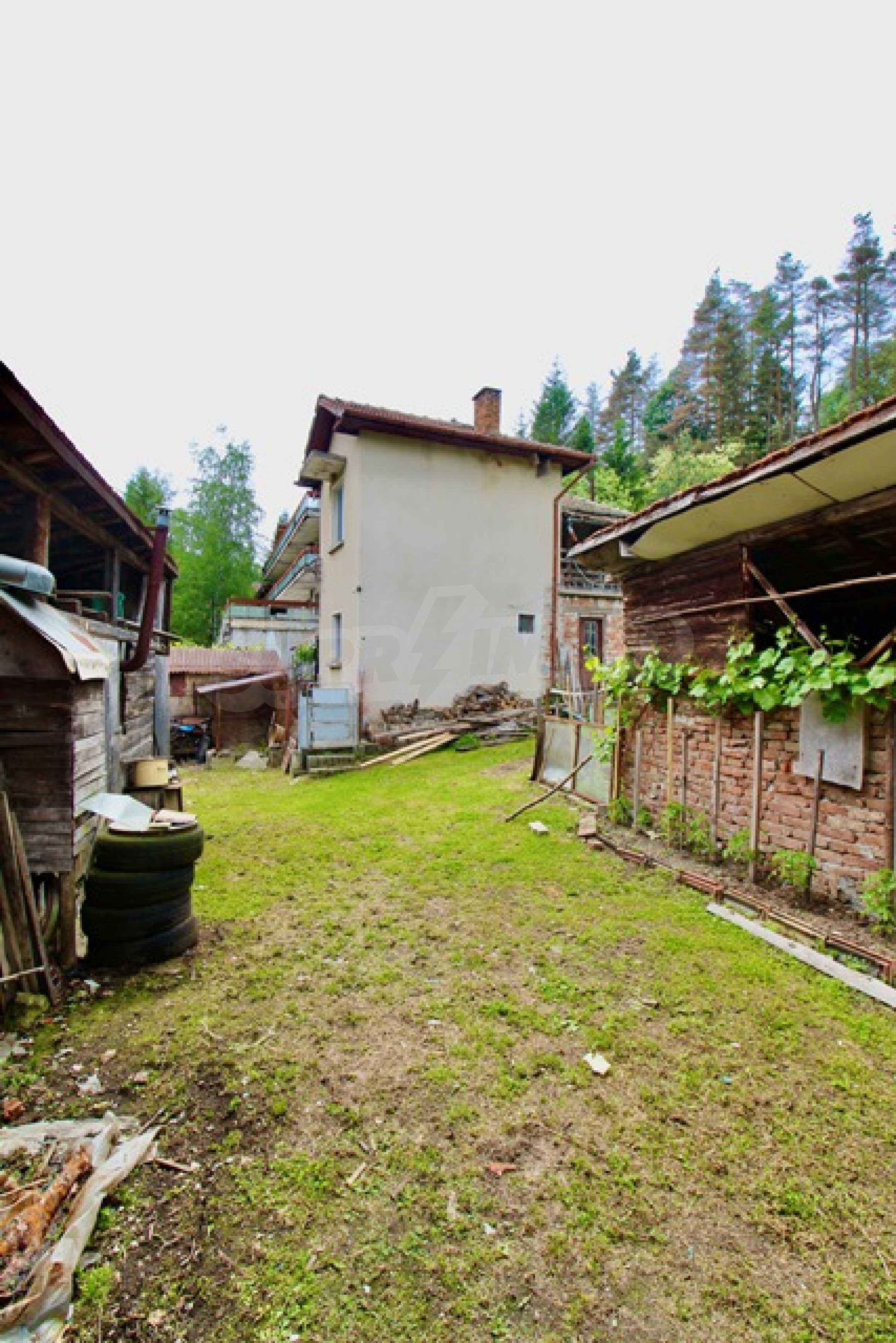 Голяма двуетажна къща  в малък град близо до Трявна  51
