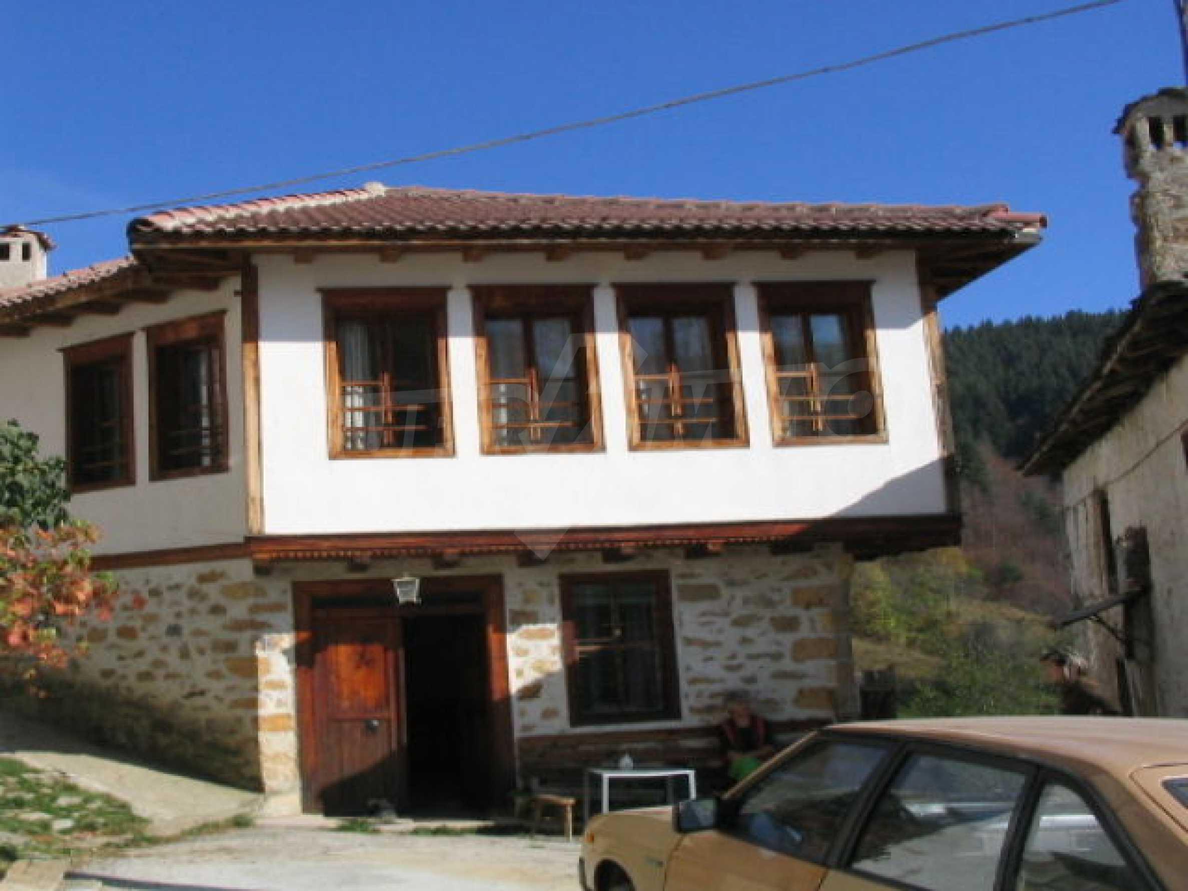 Traditionelles Haus im alten bulgarischen Stil nahe Pamporovo