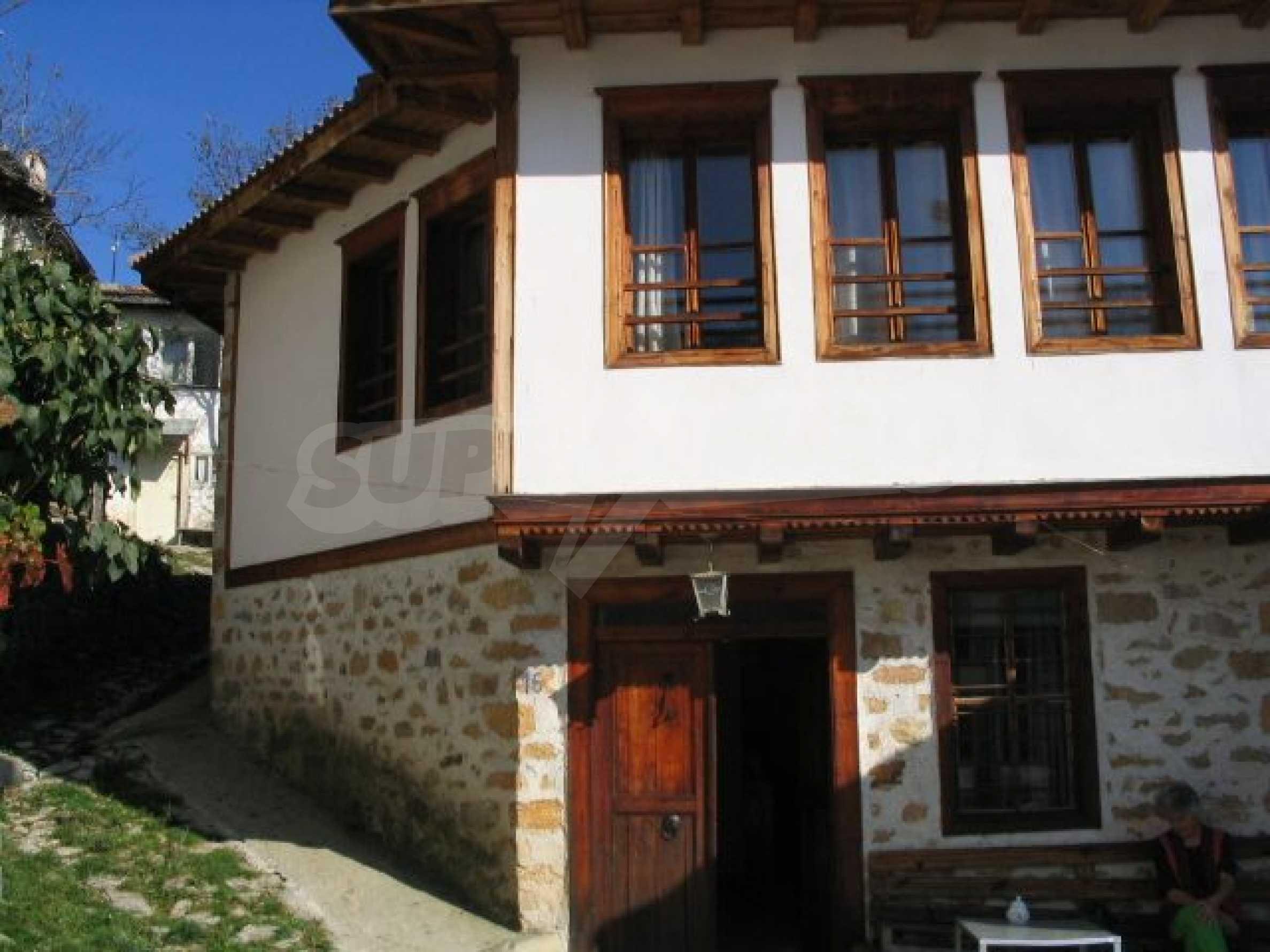 Traditionelles Haus im alten bulgarischen Stil nahe Pamporovo 1