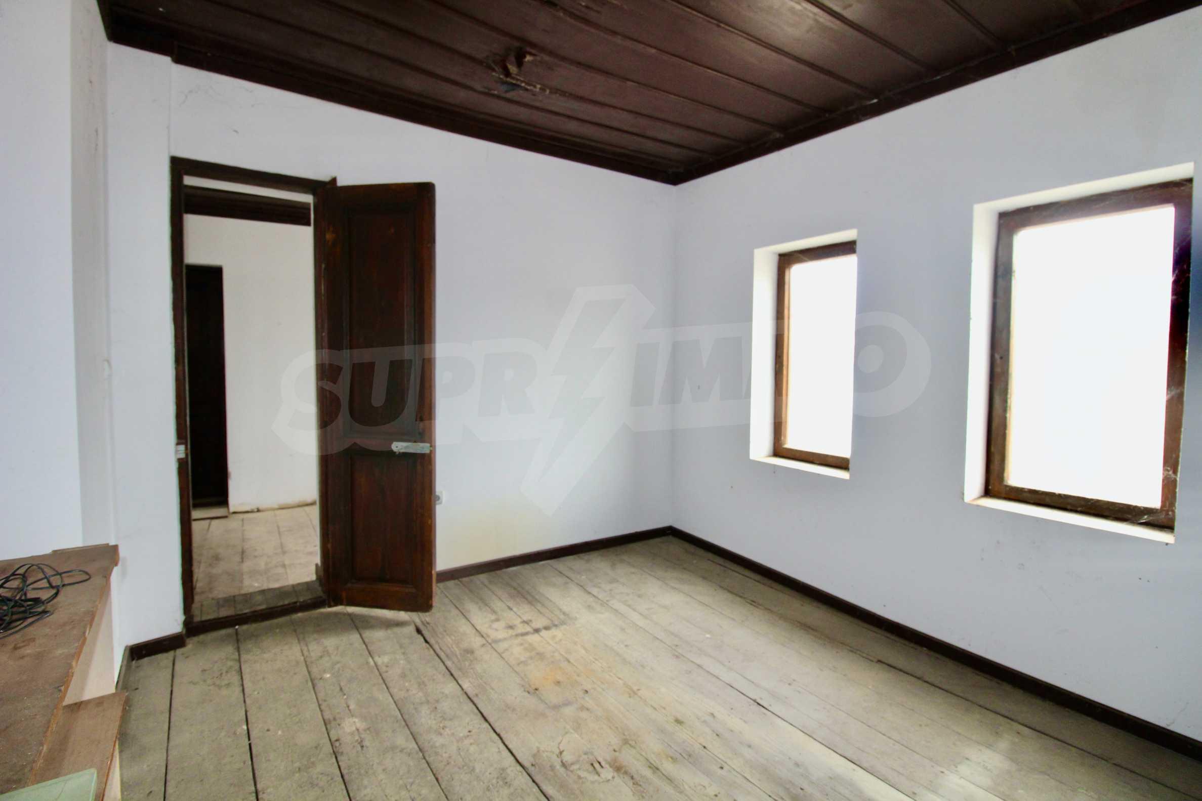 Двуетажна къща с голям двор в село на 30 км от Велико Търново  9