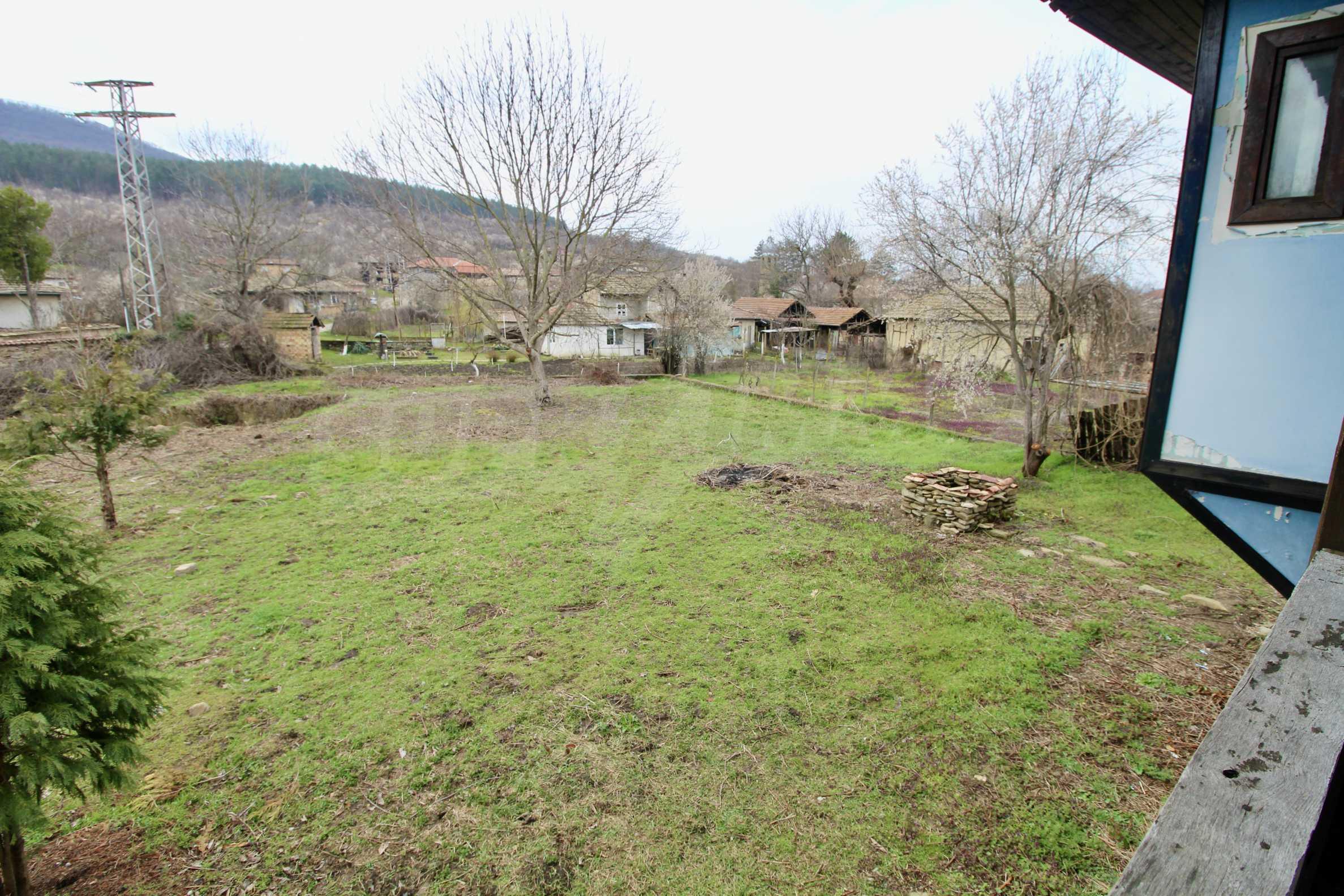 Двуетажна къща с голям двор в село на 30 км от Велико Търново  14