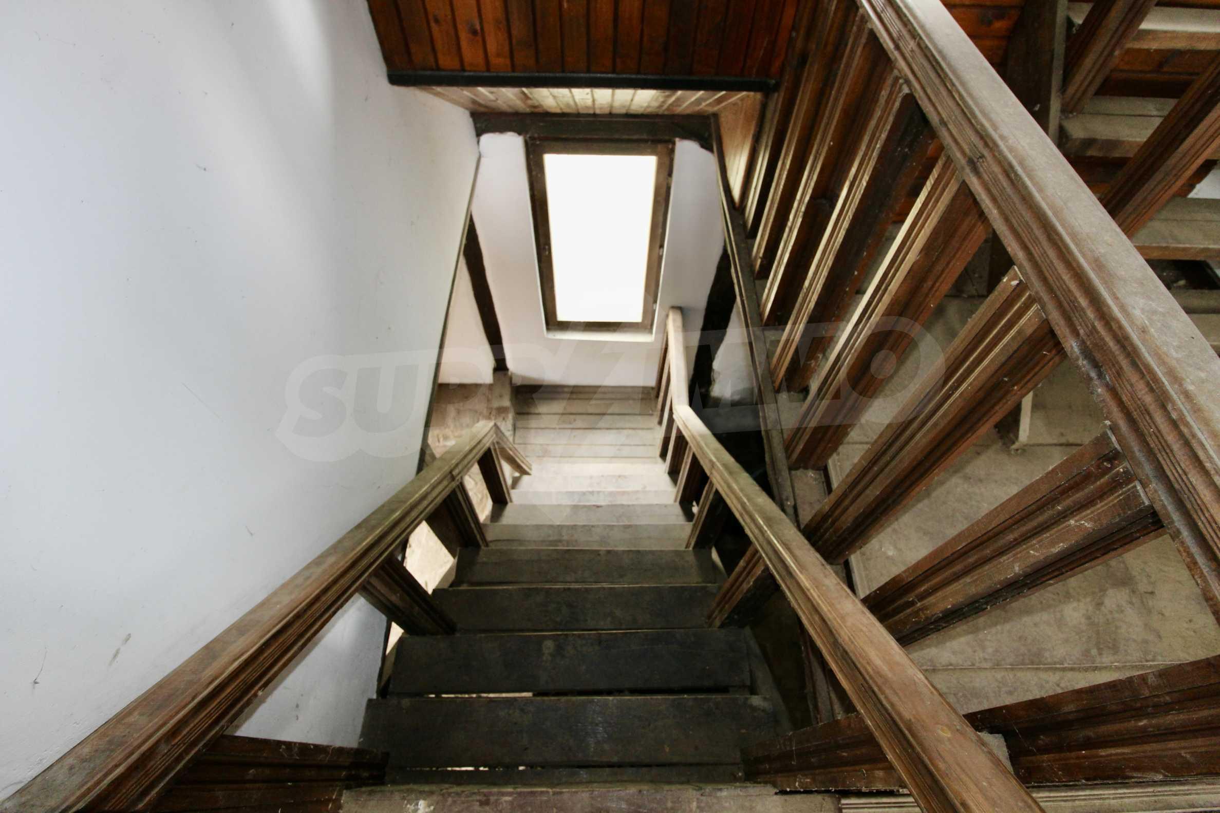 Двуетажна къща с голям двор в село на 30 км от Велико Търново  18