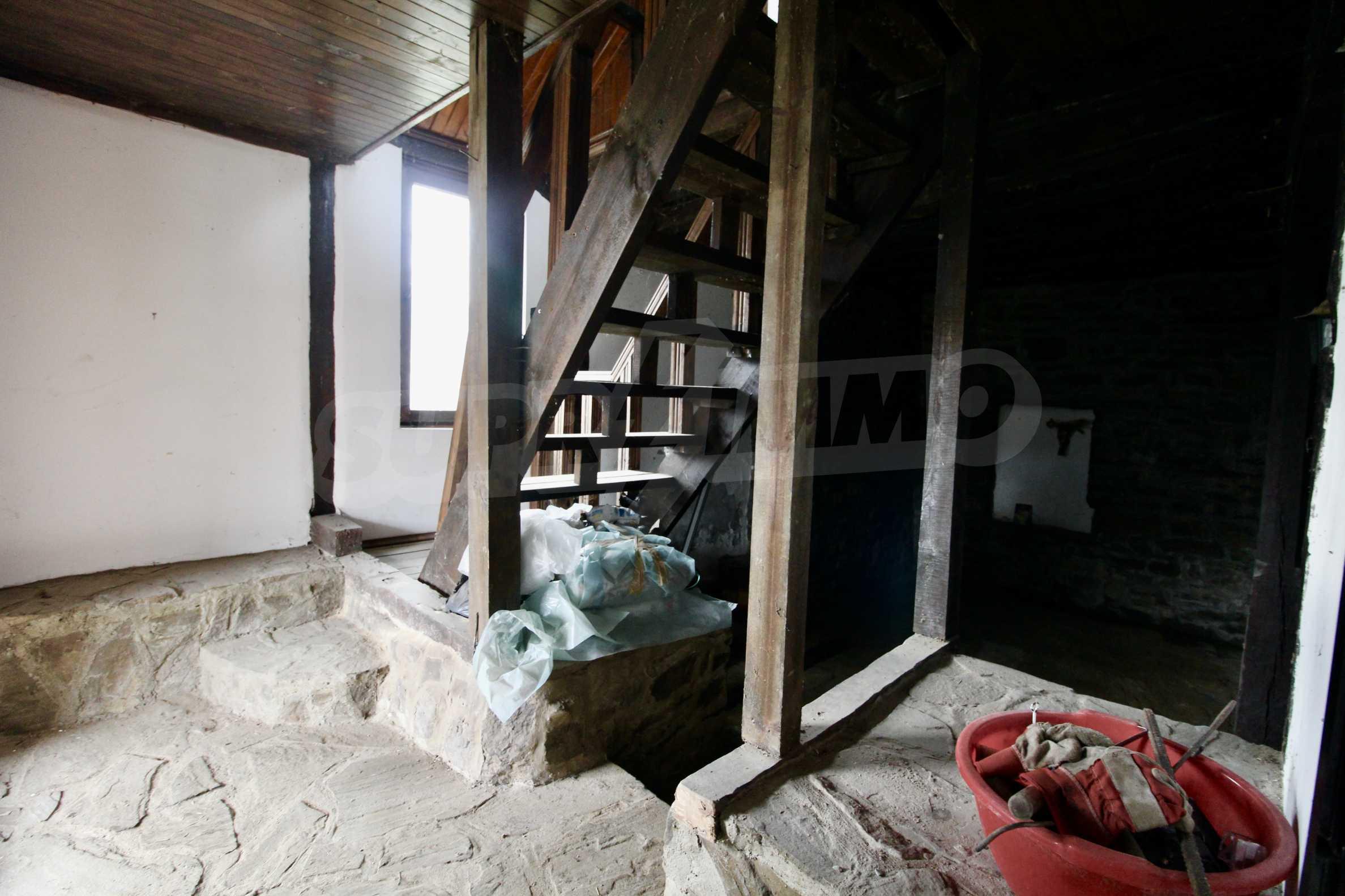 Двуетажна къща с голям двор в село на 30 км от Велико Търново  23