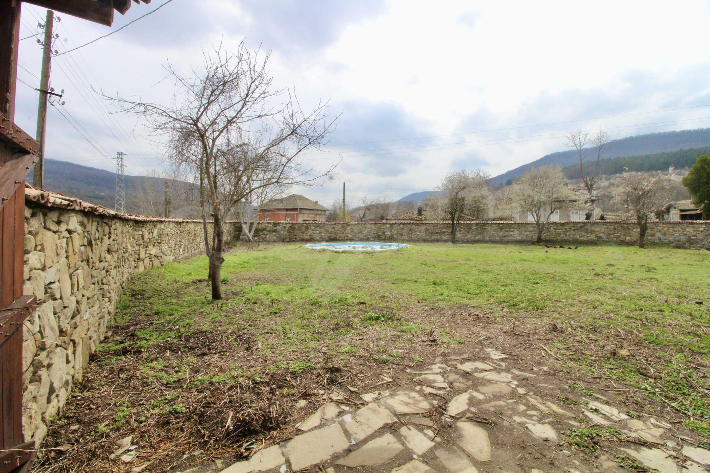 Двуетажна къща с голям двор в село на 30 км от Велико Търново  26