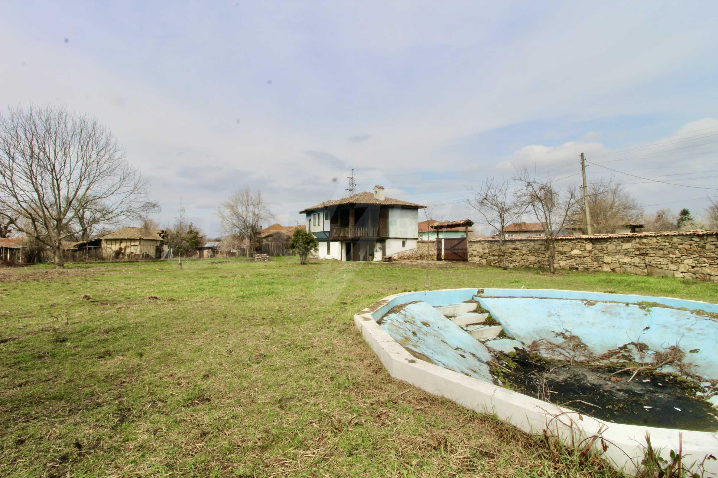 Двуетажна къща с голям двор в село на 30 км от Велико Търново  27