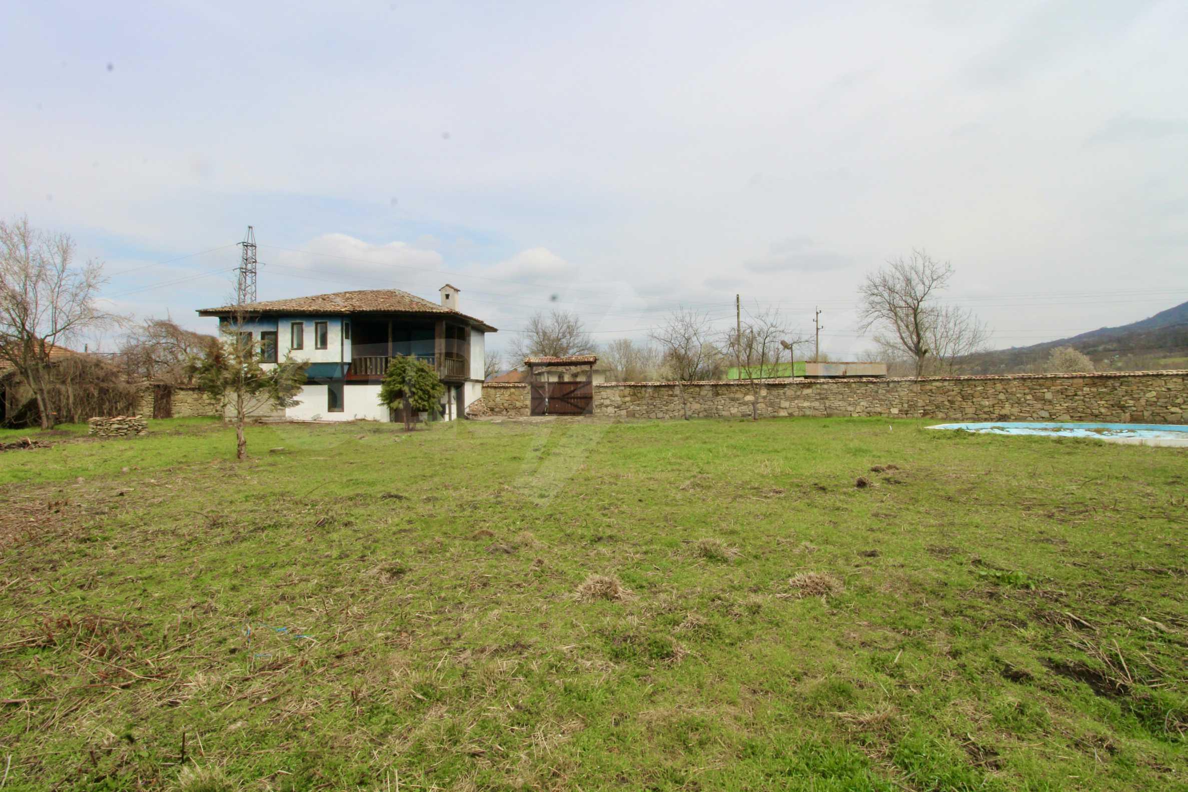 Двуетажна къща с голям двор в село на 30 км от Велико Търново  28