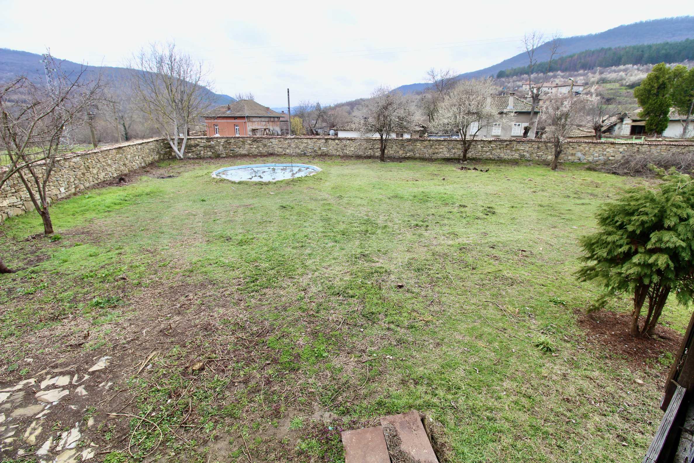 Двуетажна къща с голям двор в село на 30 км от Велико Търново  2