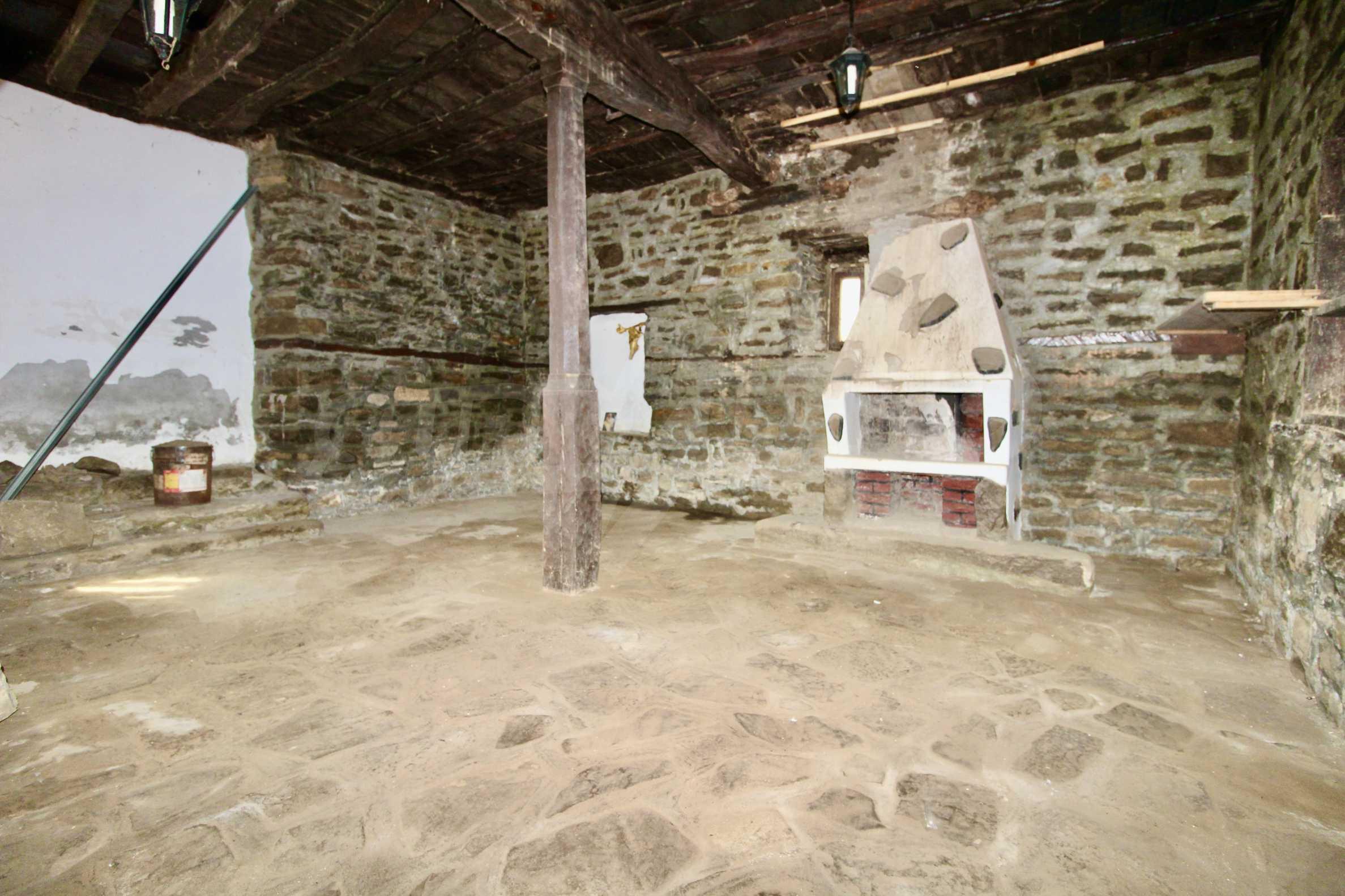 Двуетажна къща с голям двор в село на 30 км от Велико Търново  29