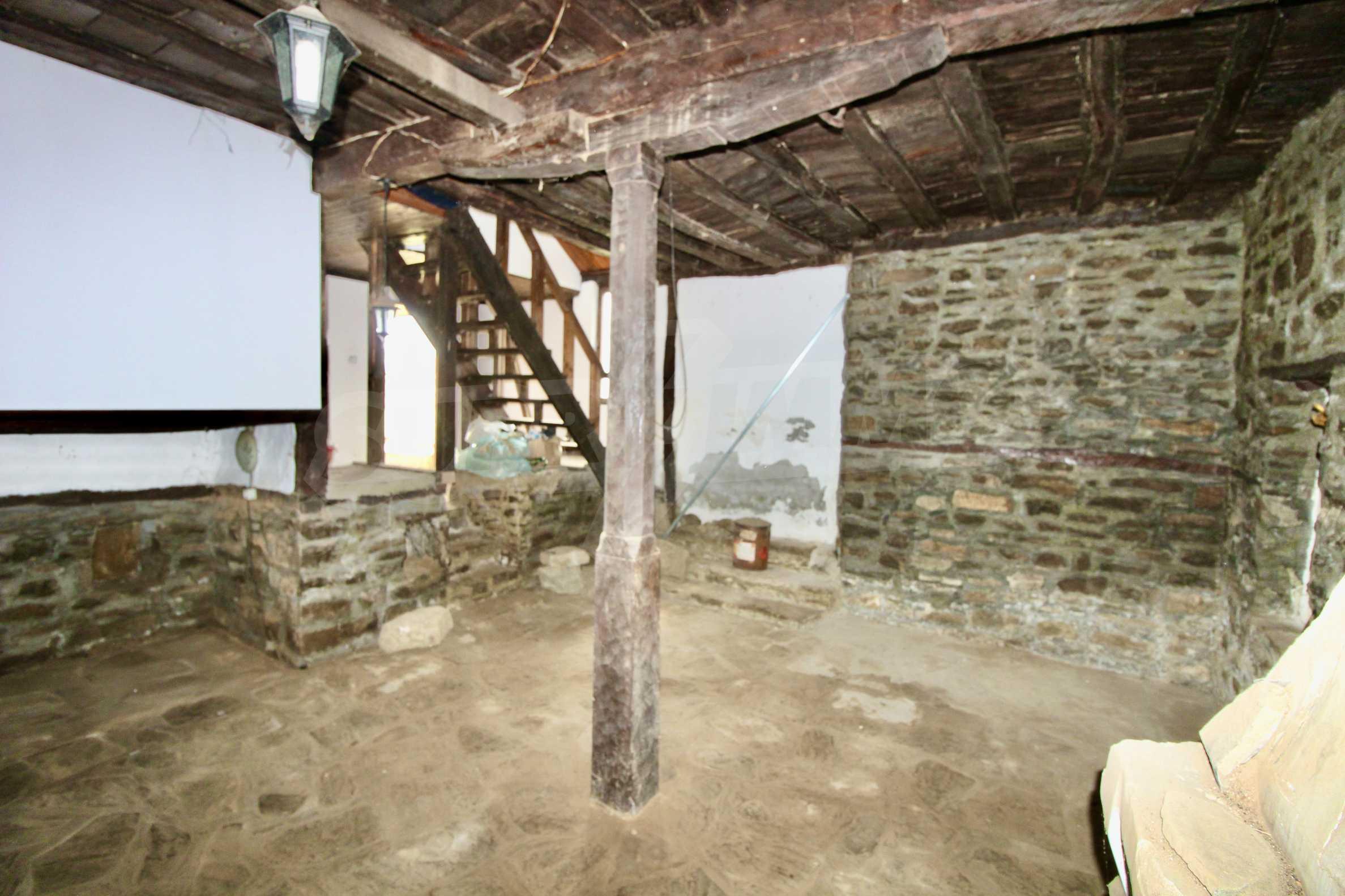 Двуетажна къща с голям двор в село на 30 км от Велико Търново  30