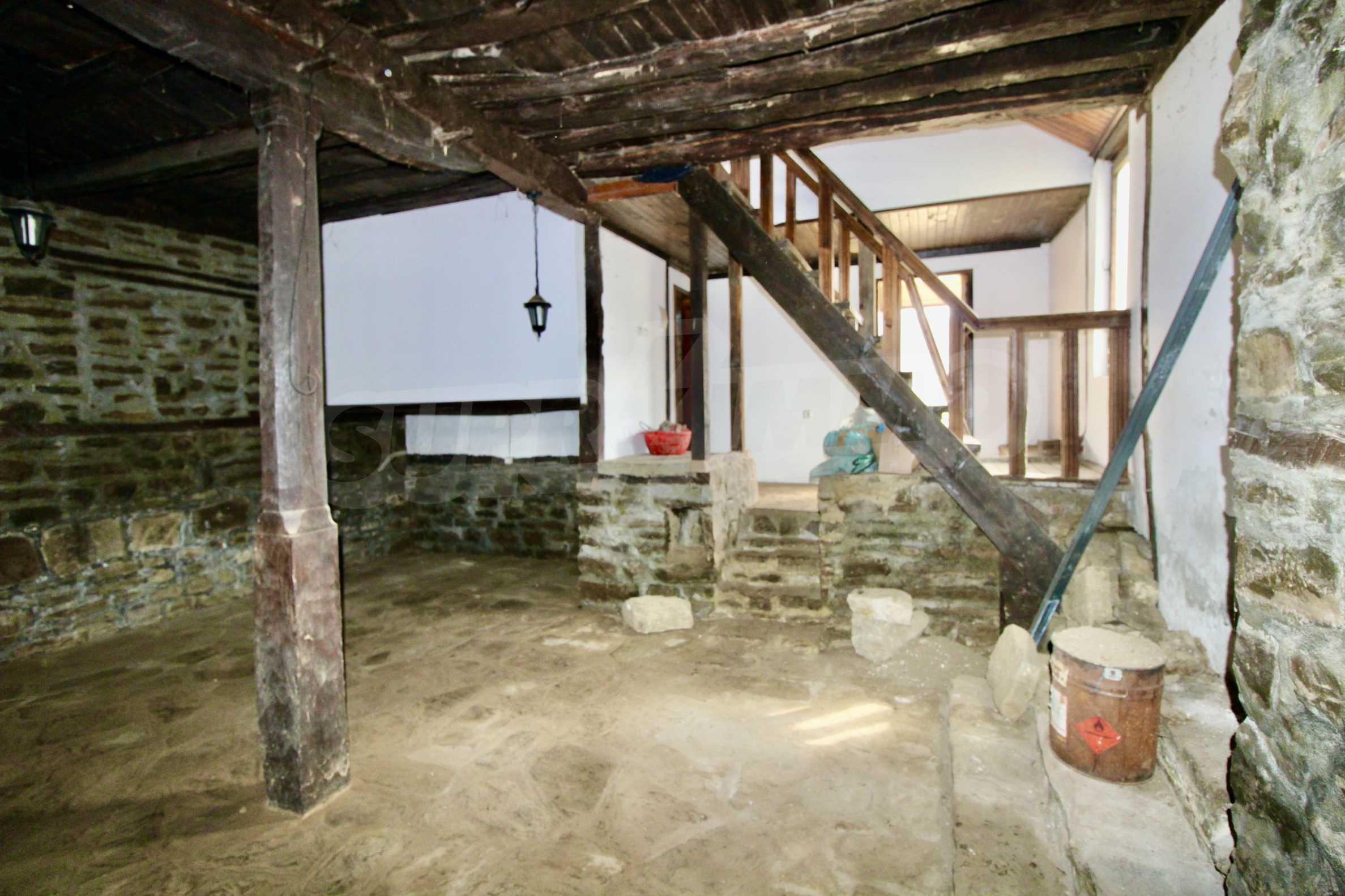 Двуетажна къща с голям двор в село на 30 км от Велико Търново  31