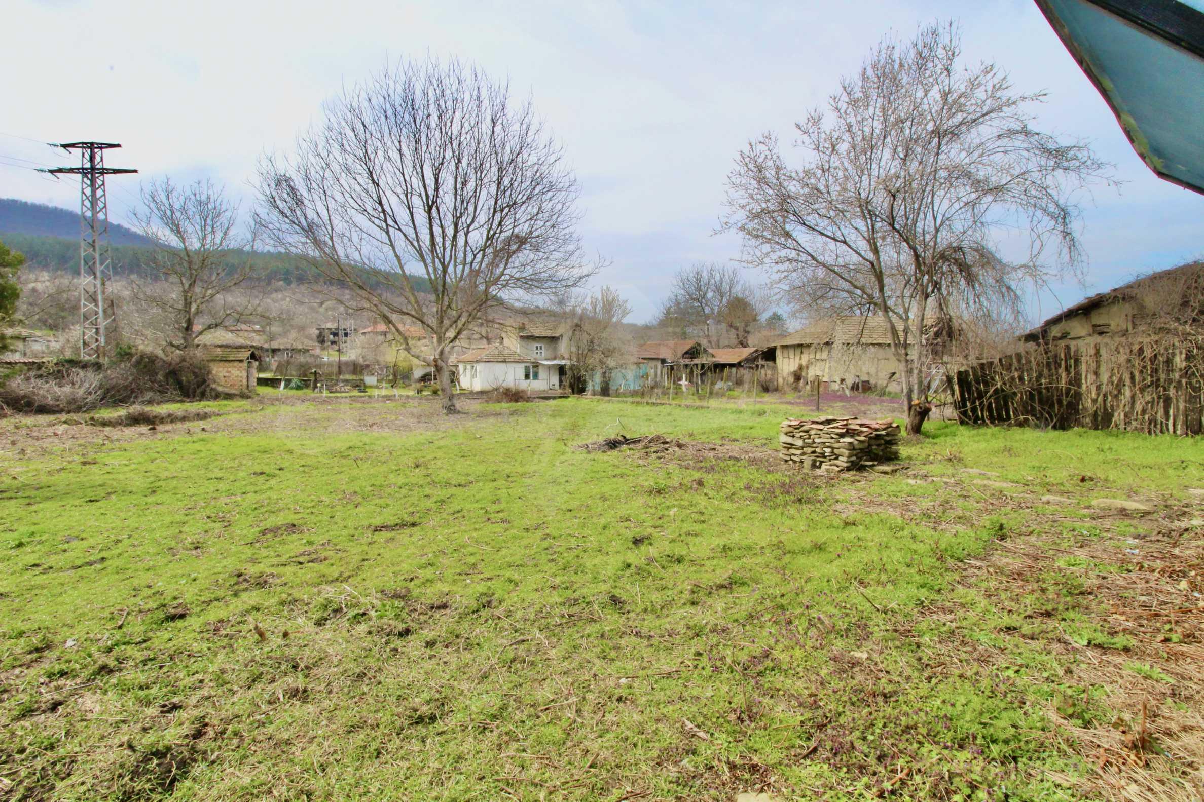 Двуетажна къща с голям двор в село на 30 км от Велико Търново  32