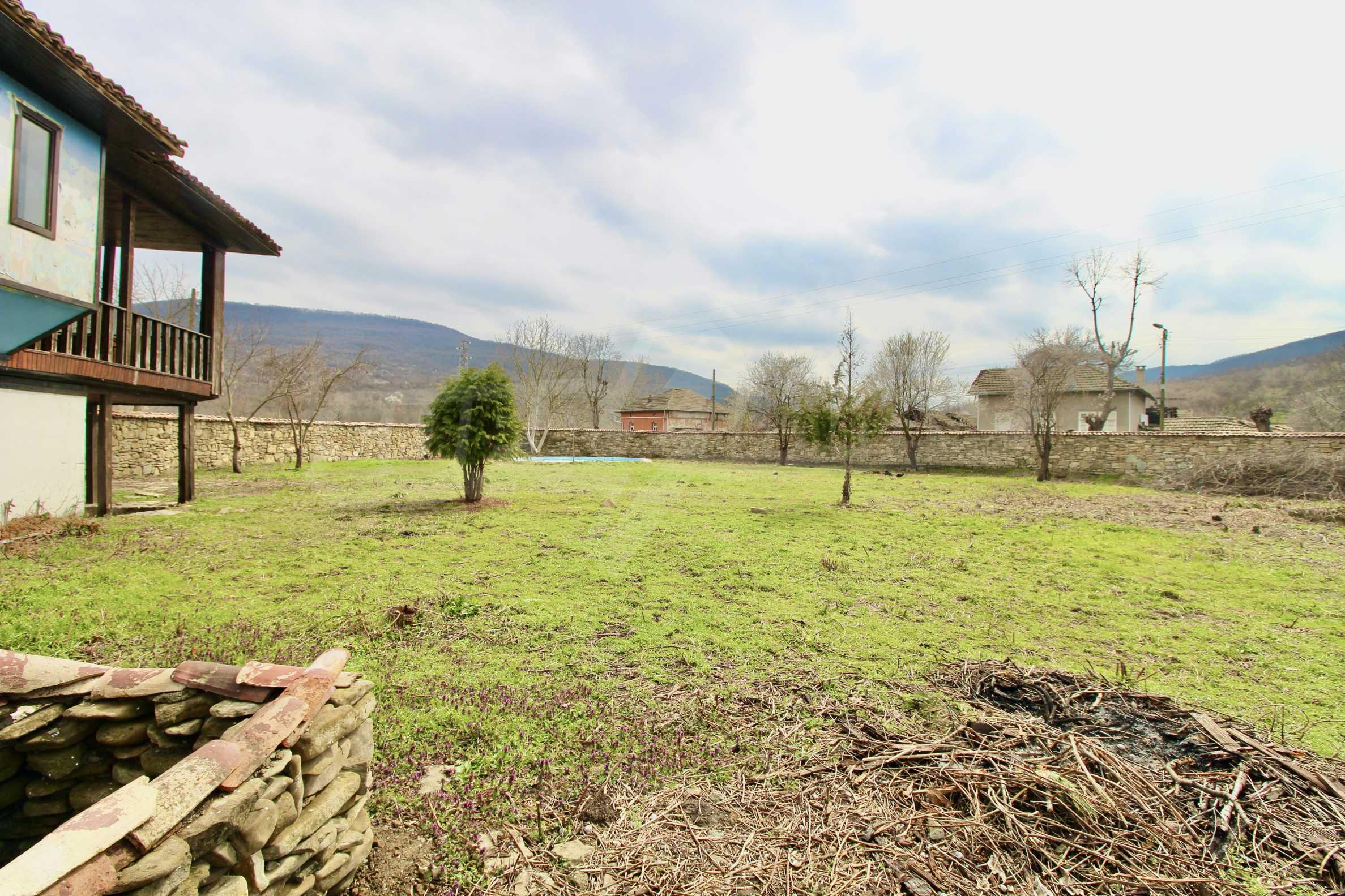 Двуетажна къща с голям двор в село на 30 км от Велико Търново  35