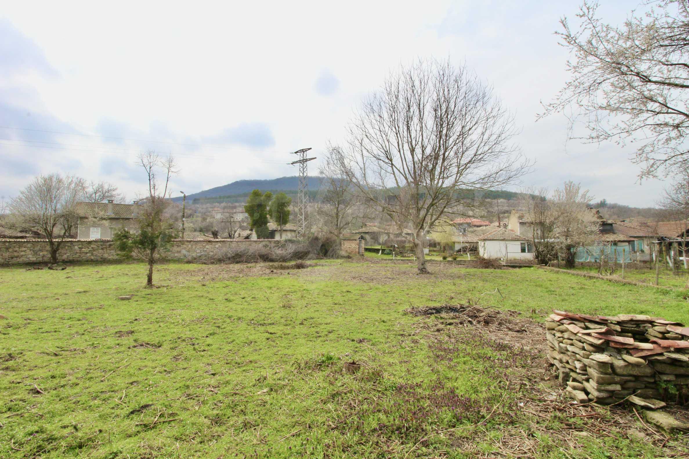 Двуетажна къща с голям двор в село на 30 км от Велико Търново  36