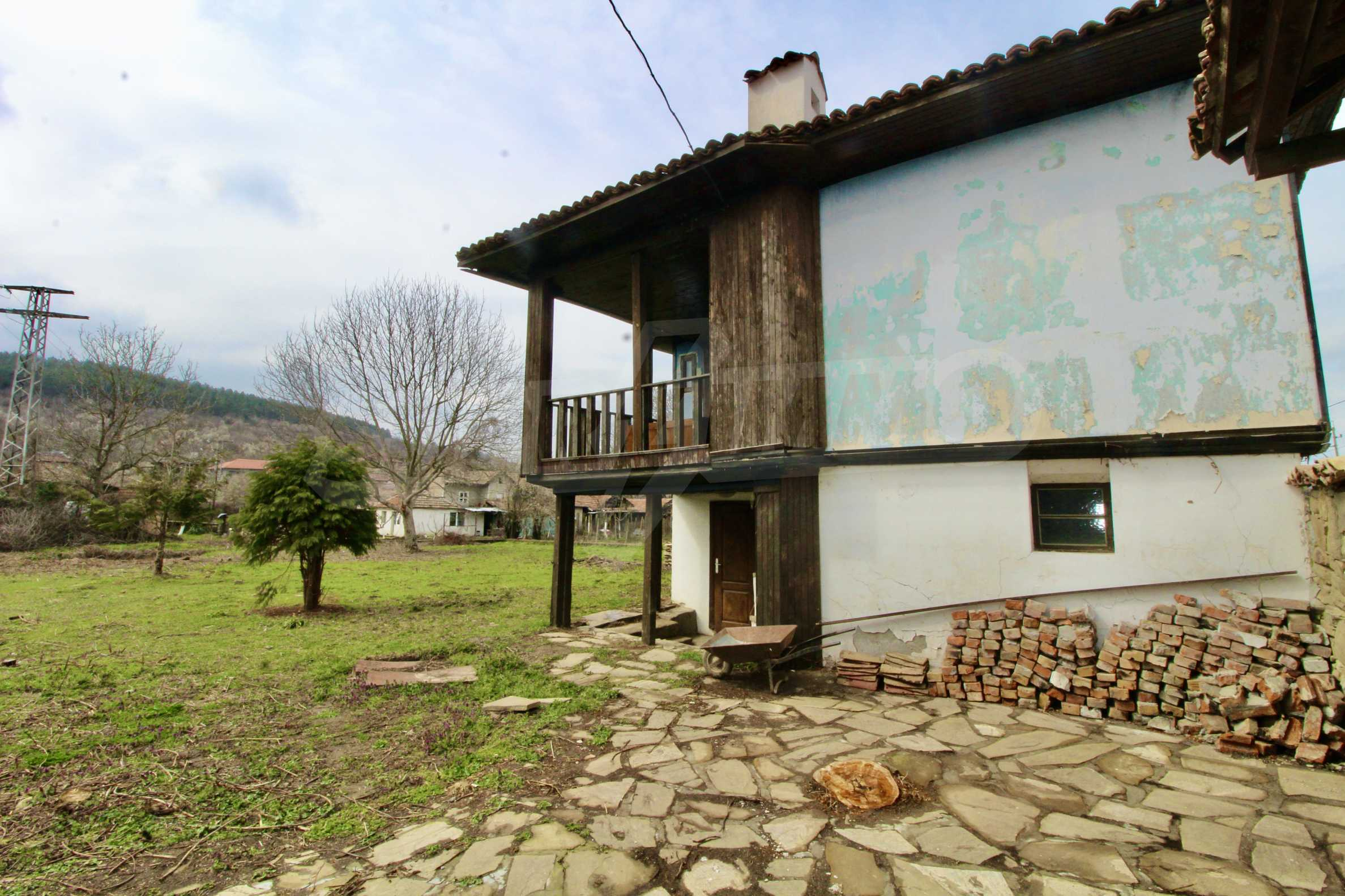 Двуетажна къща с голям двор в село на 30 км от Велико Търново  38