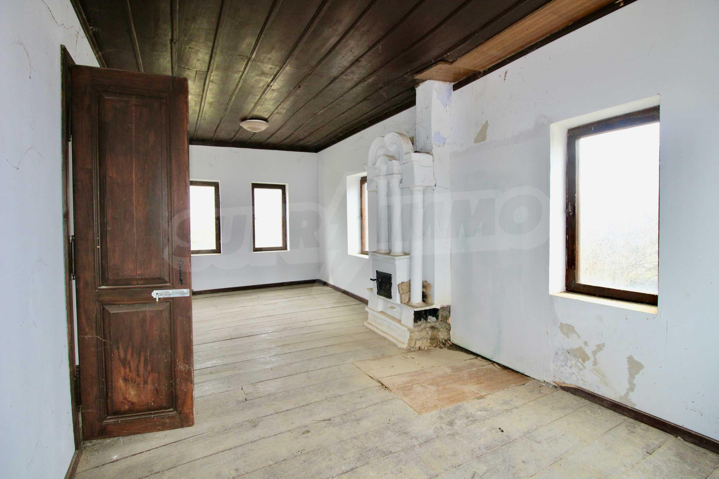 Двуетажна къща с голям двор в село на 30 км от Велико Търново  3