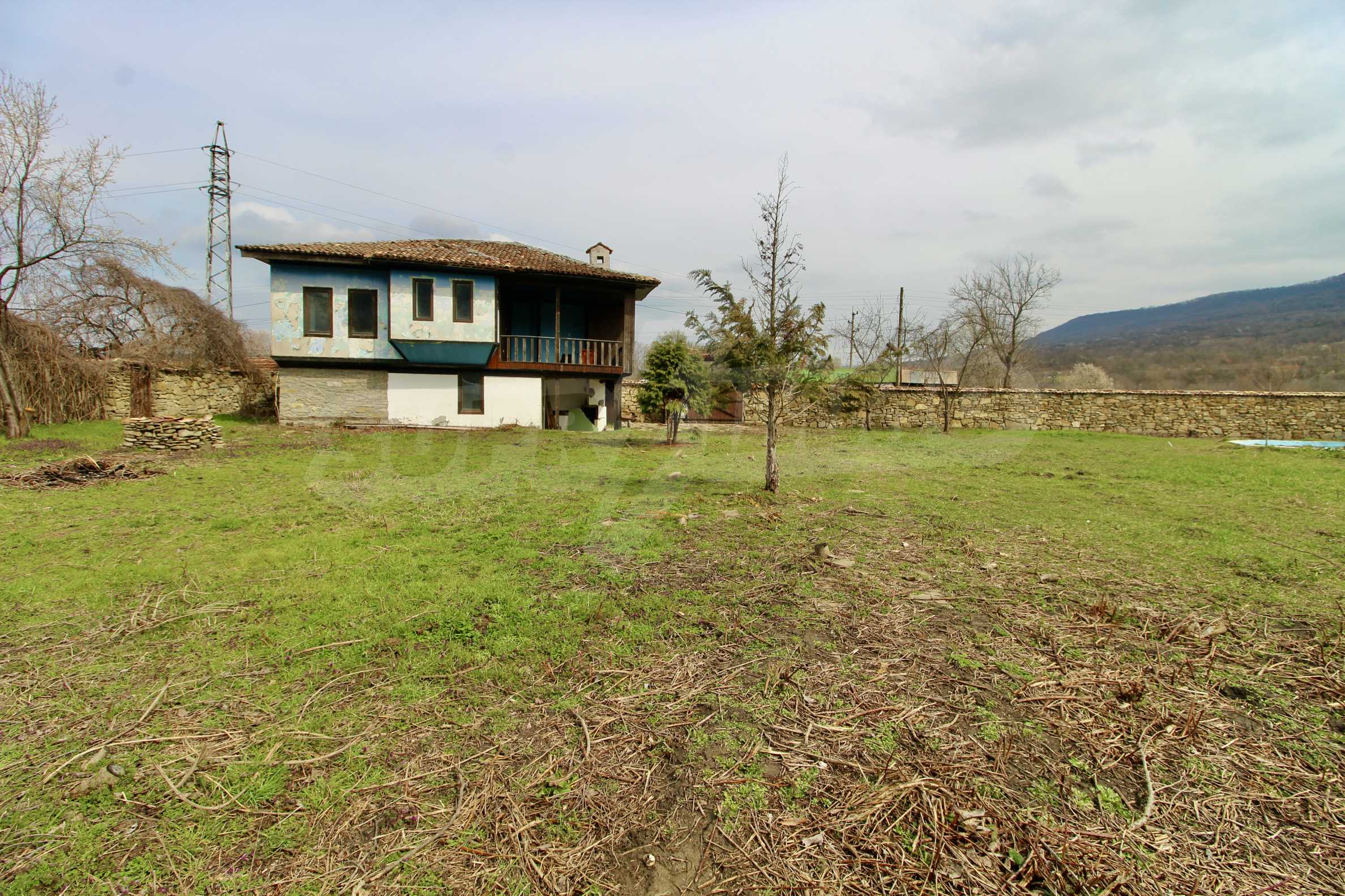 Двуетажна къща с голям двор в село на 30 км от Велико Търново  39