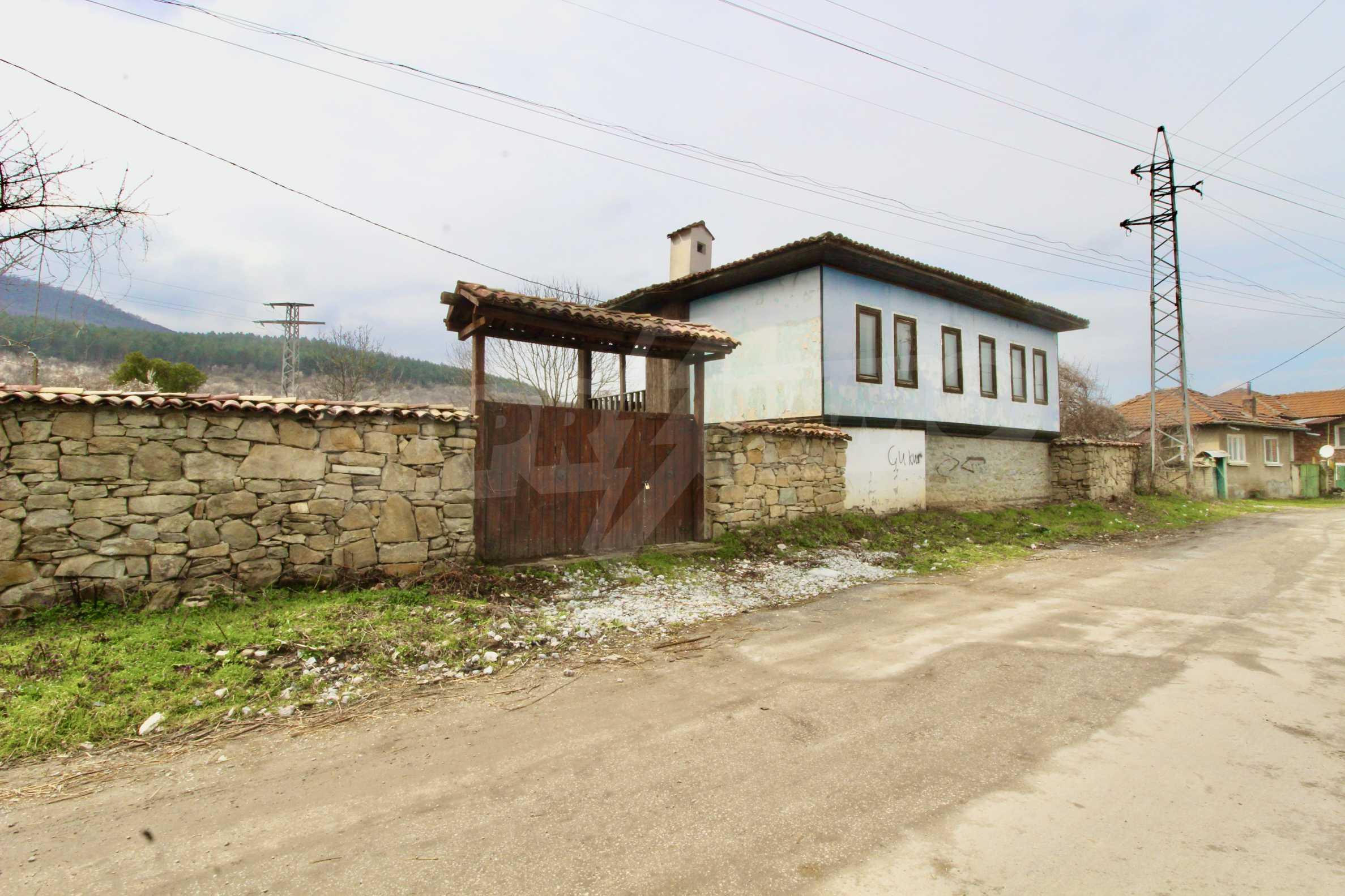 Двуетажна къща с голям двор в село на 30 км от Велико Търново  40