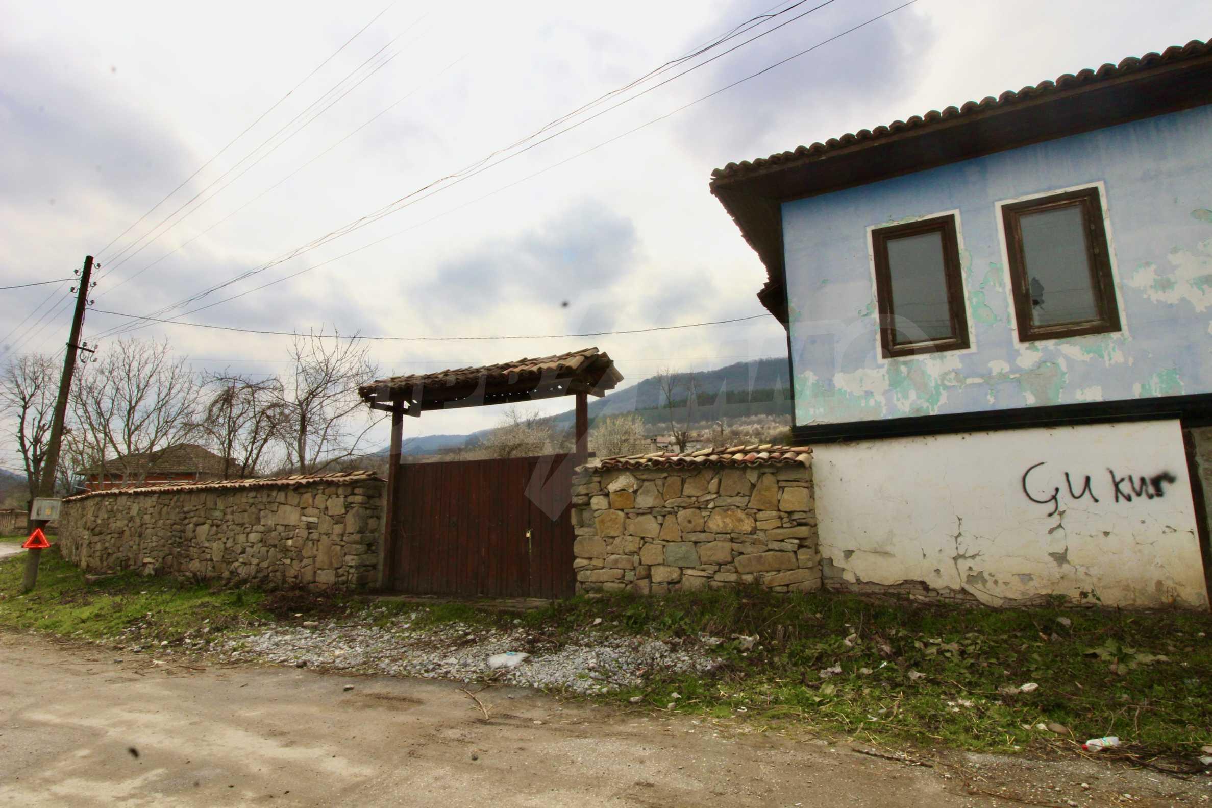 Двуетажна къща с голям двор в село на 30 км от Велико Търново  42