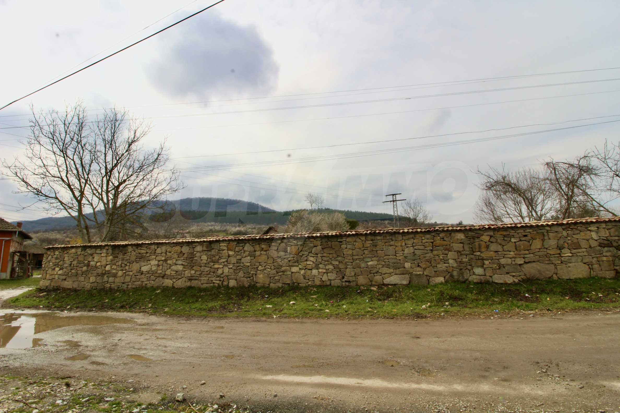 Двуетажна къща с голям двор в село на 30 км от Велико Търново  43