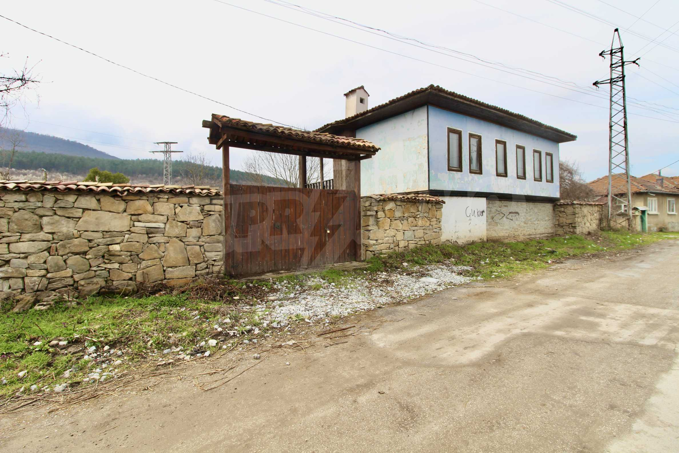 Двуетажна къща с голям двор в село на 30 км от Велико Търново  44
