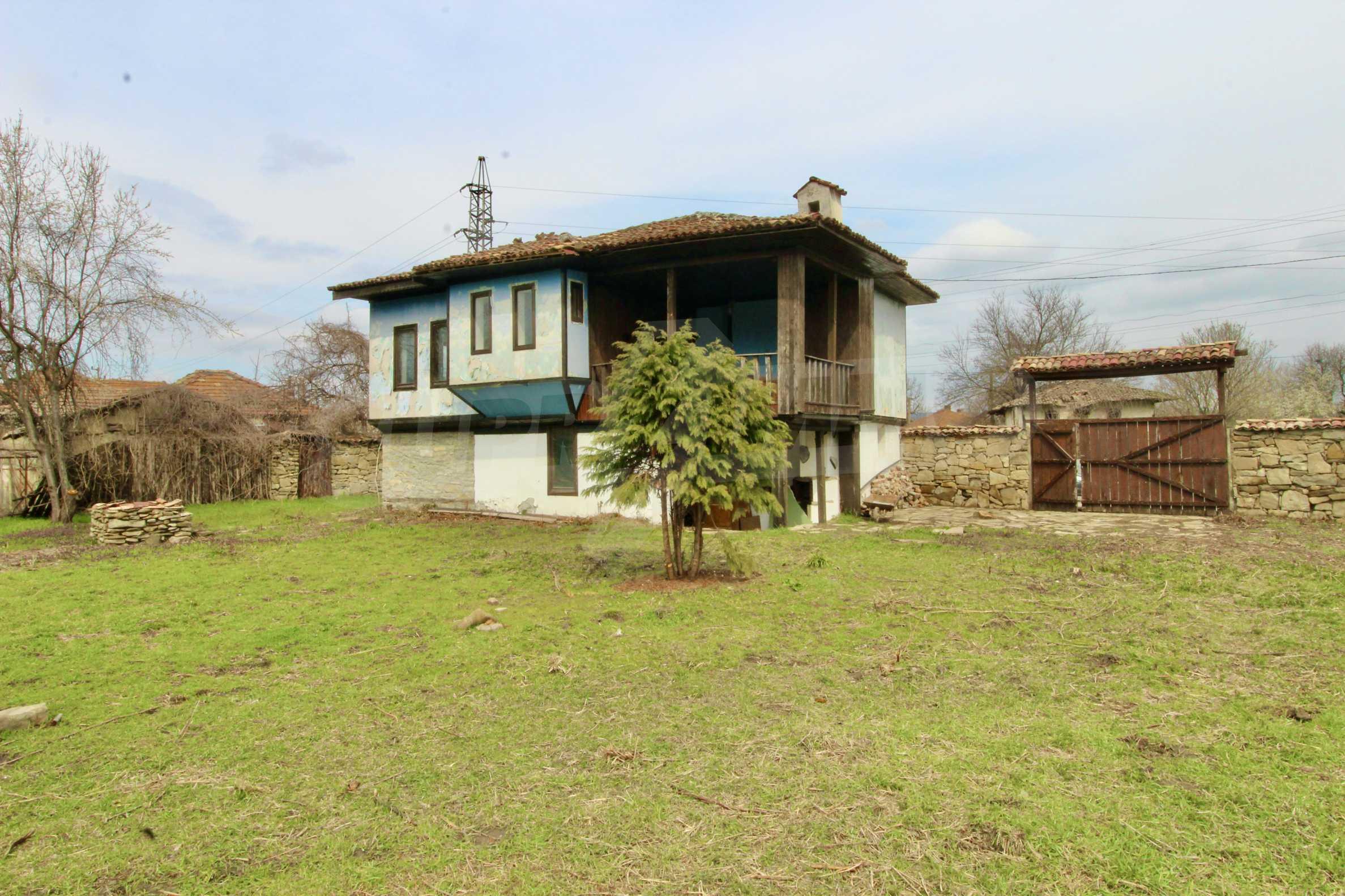 Двуетажна къща с голям двор в село на 30 км от Велико Търново  45