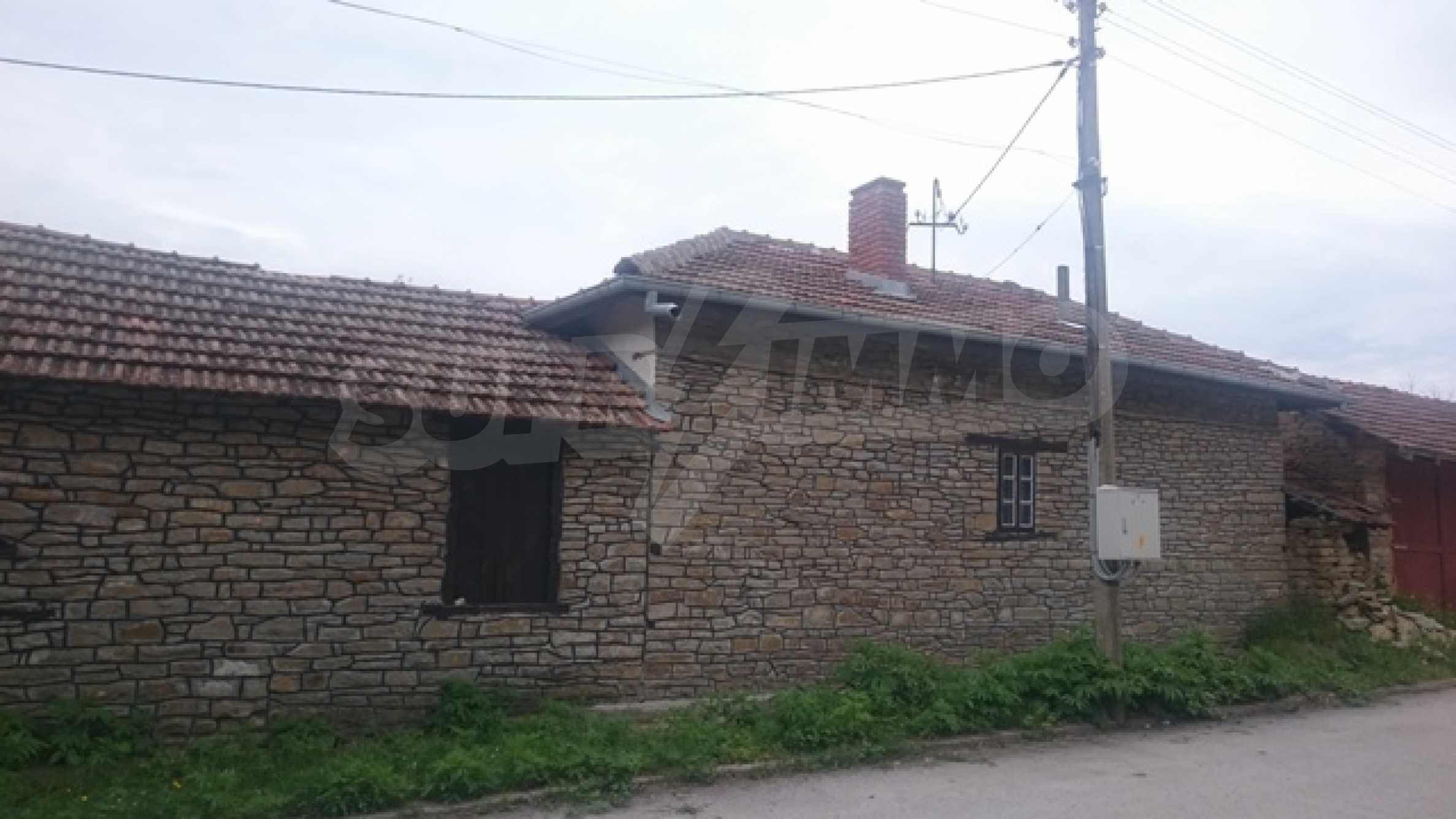 Zweistöckiges Steinhaus am Fuße des Balkangebirges