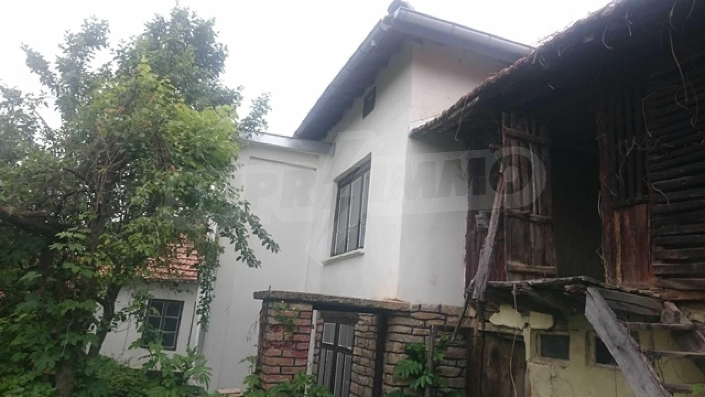 Zweistöckiges Steinhaus am Fuße des Balkangebirges 1
